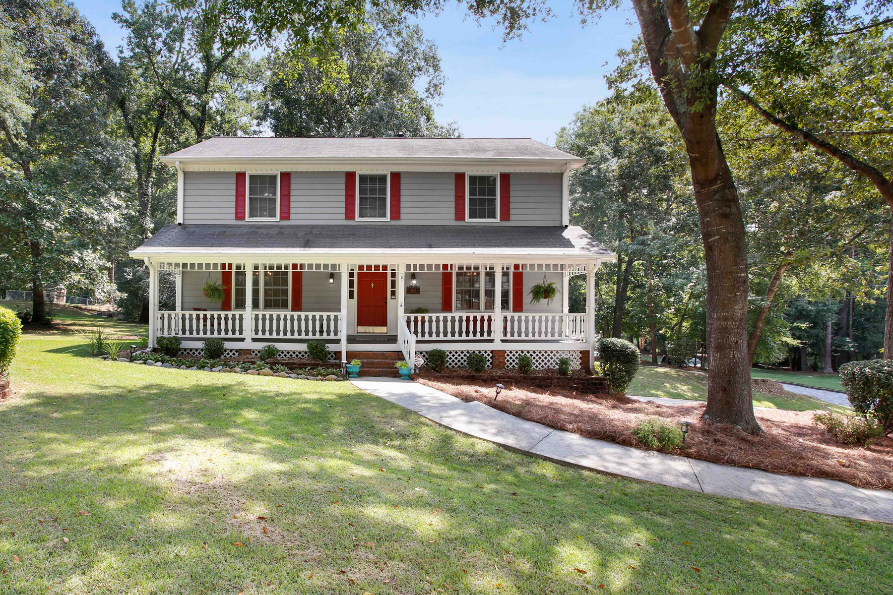 Single Family Homes 용 매매 에 Meticulously Maintained Traditional Home Situated on a Beautiful Corner Lot 4102 Wash Lee Court SW, Lilburn, 조지아 30047 미국