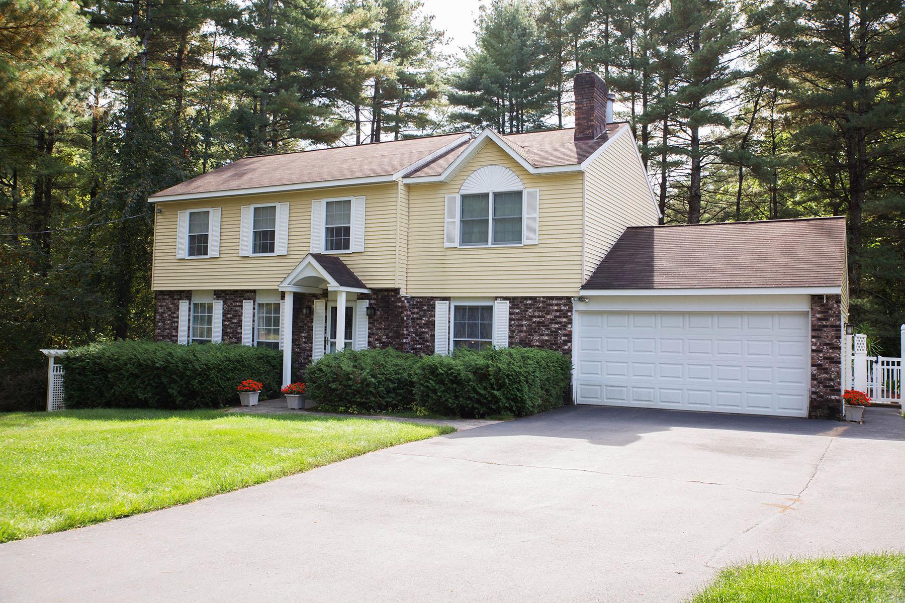 Nhà ở một gia đình vì Bán tại Well Maintained Colonial Close 2 Downtown Saratoga 9 Round Table Rd Saratoga Springs, New York 12866 Hoa Kỳ
