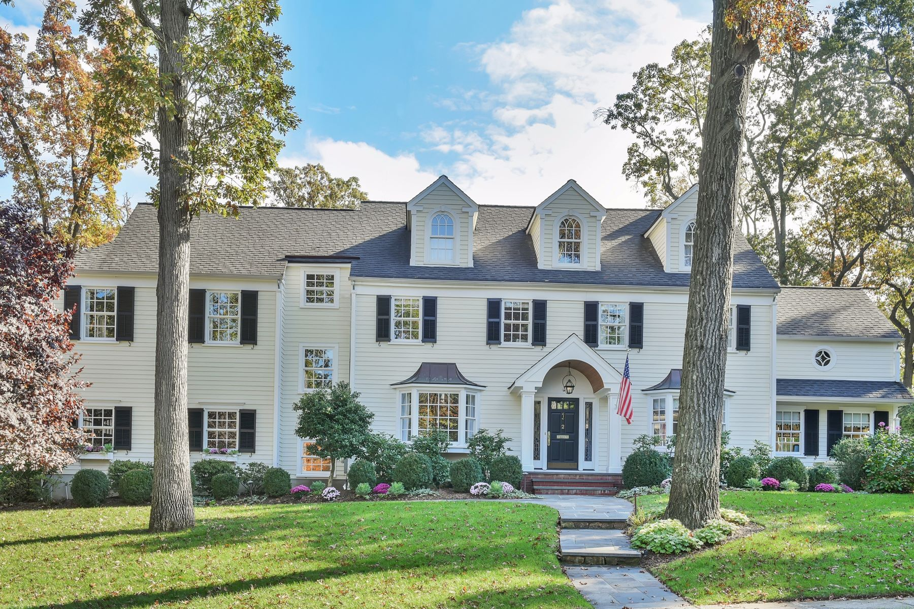 Casa Unifamiliar por un Venta en Beautiful Colonial 2 Surrey Road Summit, Nueva Jersey 07901 Estados Unidos