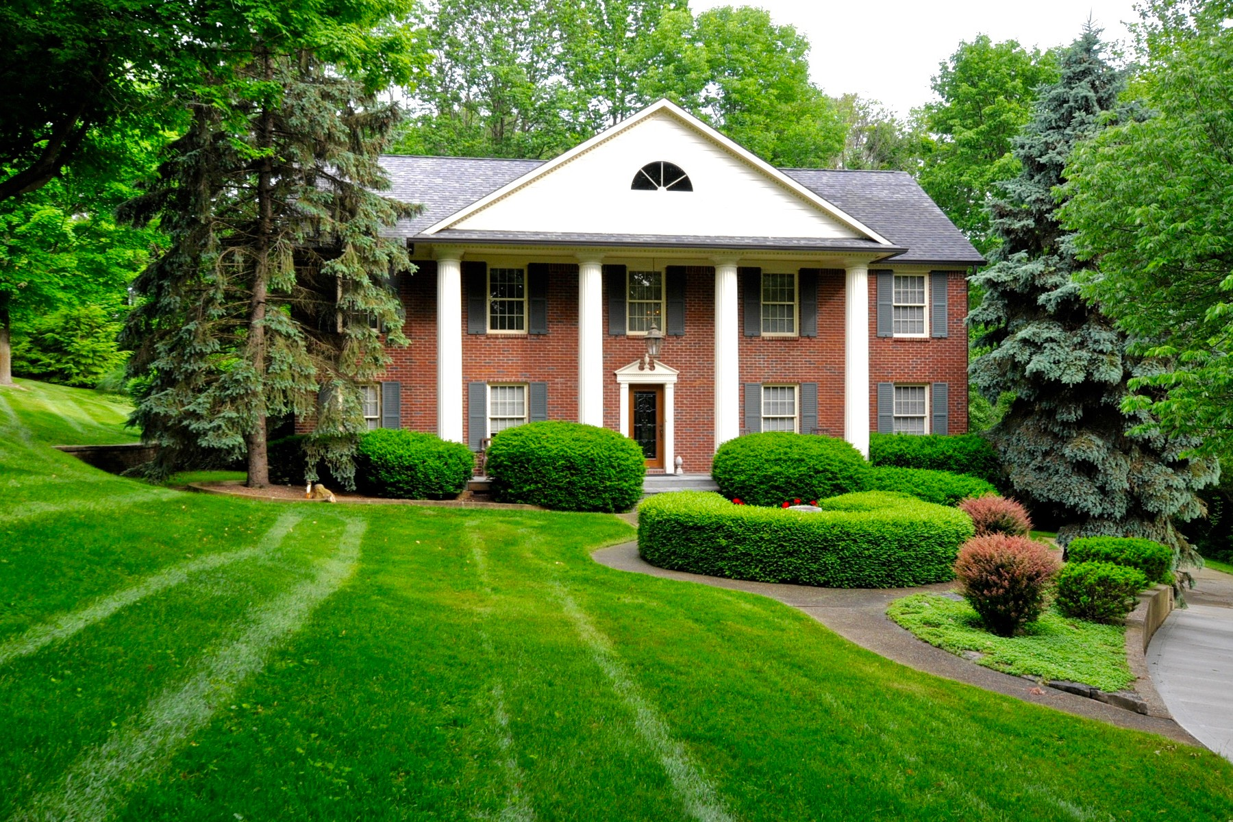 Casa para uma família para Venda às Nestled in a Gated Community 8610 Bay Colony Indianapolis, Indiana, 46234 Estados Unidos
