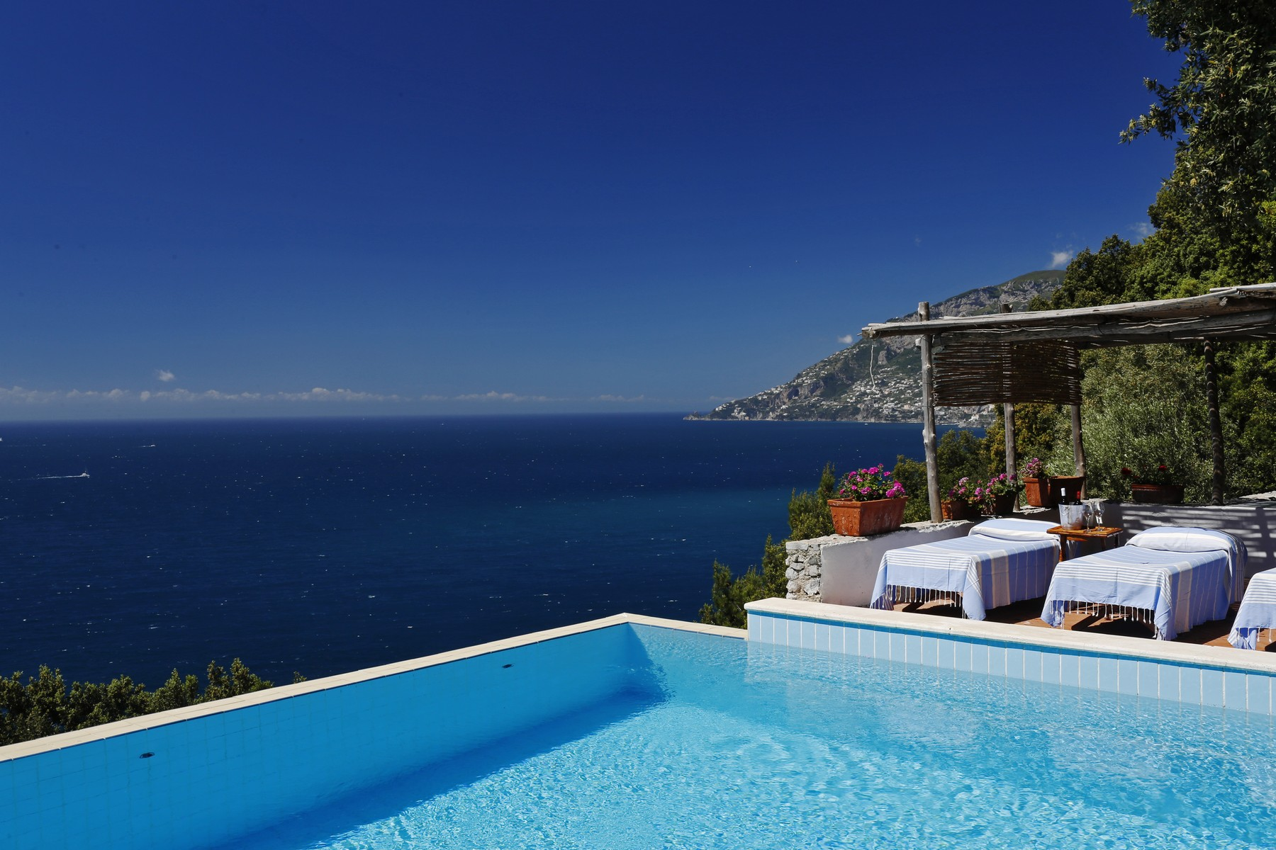 Additional photo for property listing at Villa pied dans l'eau in Amalfi coast  Maiori, Salerno 84100 Italia