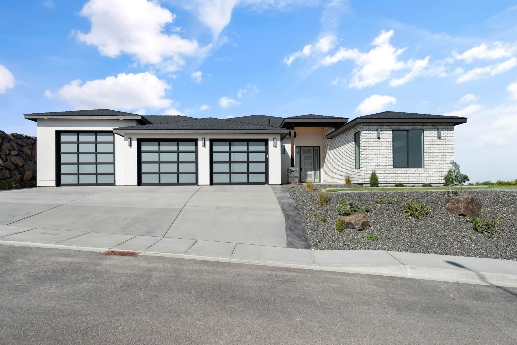 Single Family Homes 용 매매 에 Amazing home, BEST RIVER VIEWS/ Geothermal 2490 Falconcrest Loop Richland, 워싱톤 99352 미국