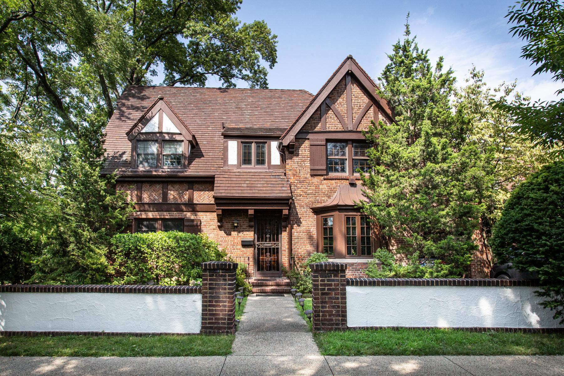 "Single Family Homes 為 出售 在 ""DETACHED BRICK FRENCH NORMANDY TUDOR"" 30 Winter Street, Forest Hills Gardens,, Forest Hills, 纽约 11375 美國"