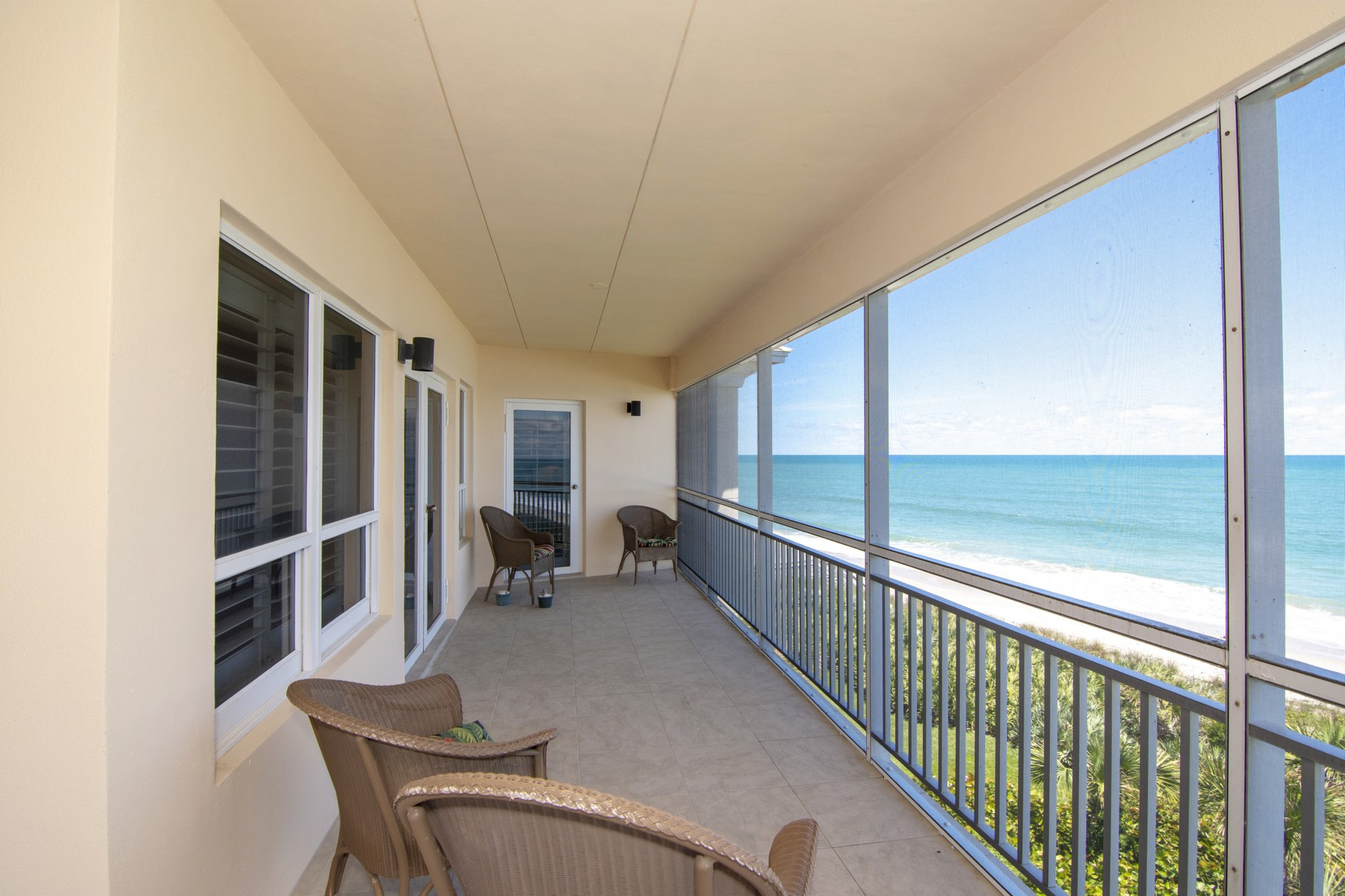 Condominiums para Venda às Oceanfront Penthouse Condo Corner Unit 8810 S Sea Oaks Way #406 Vero Beach, Florida 32963 Estados Unidos