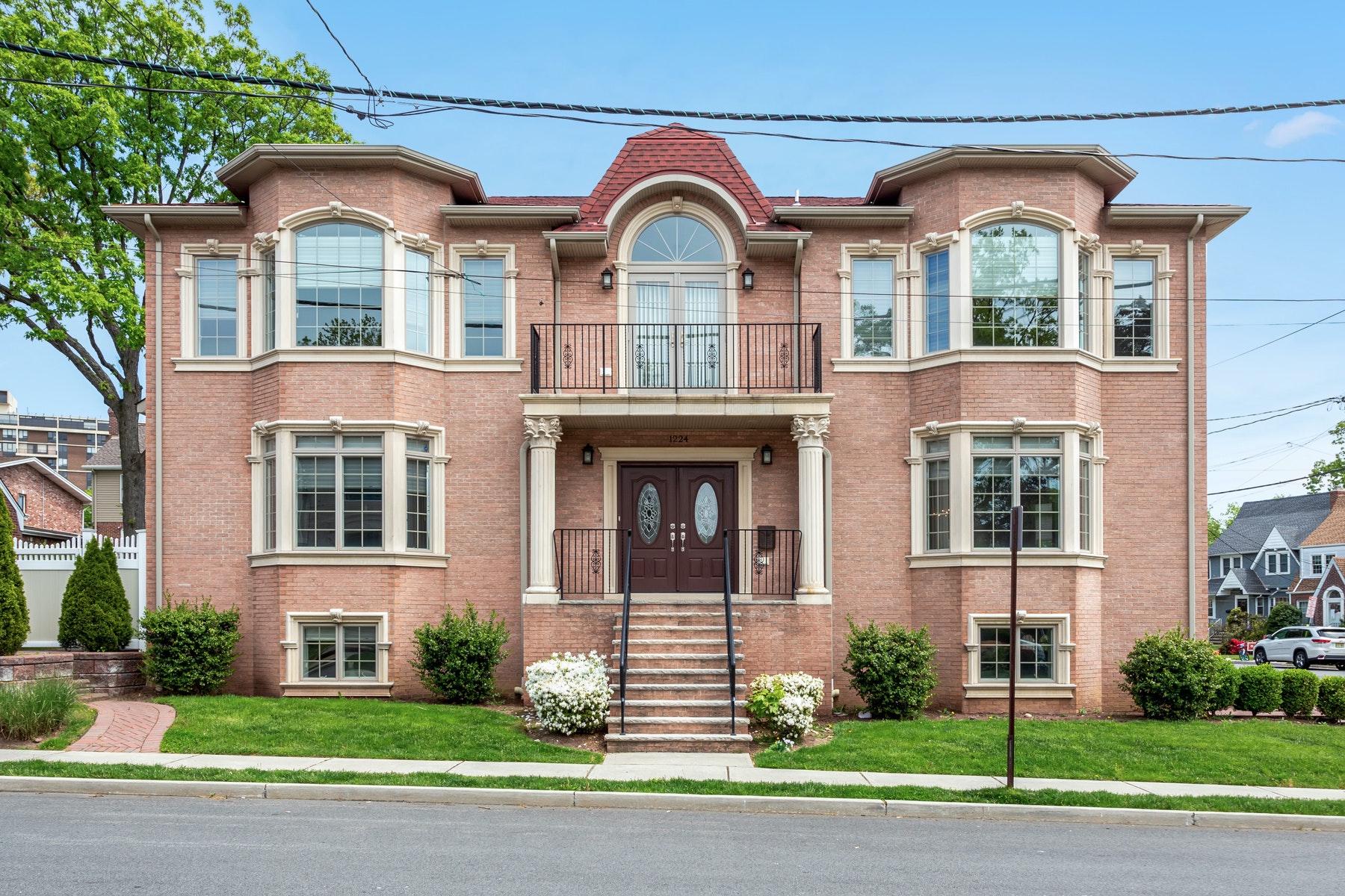 Other Residential Homes para Venda às Fort Lee, Nova Jersey 07024 Estados Unidos