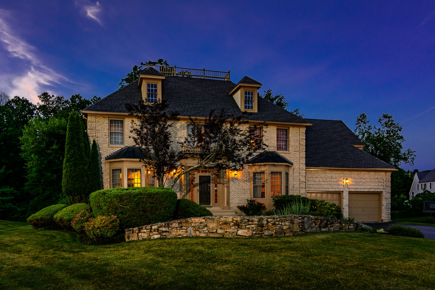 Single Family Homes 为 销售 在 Stunning Brick Front Manor 27 Wachusett View Drive 斯特伯鲁, 马萨诸塞州 01581 美国