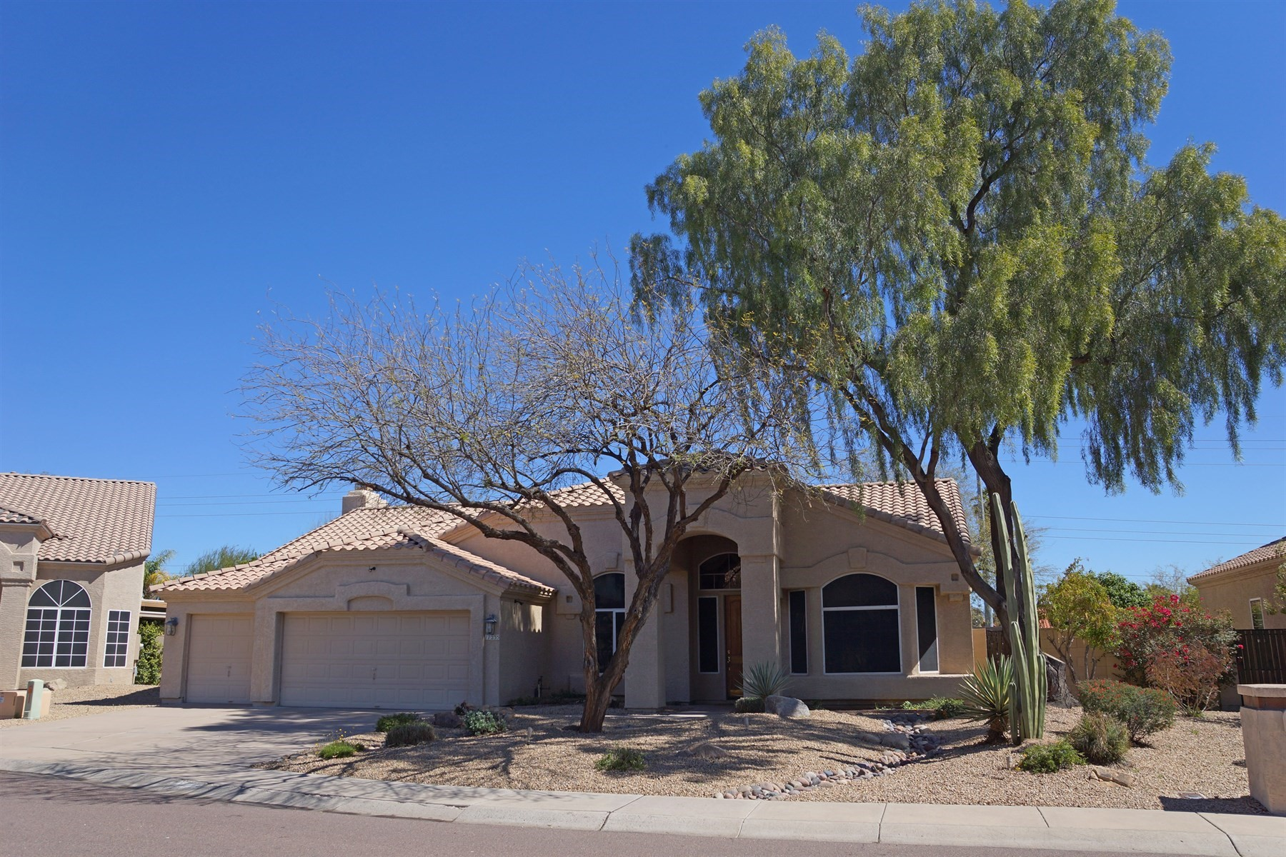 Maison unifamiliale pour l Vente à Beautifully updated single level home 17235 N 55th Pl Scottsdale, Arizona, 85254 États-Unis
