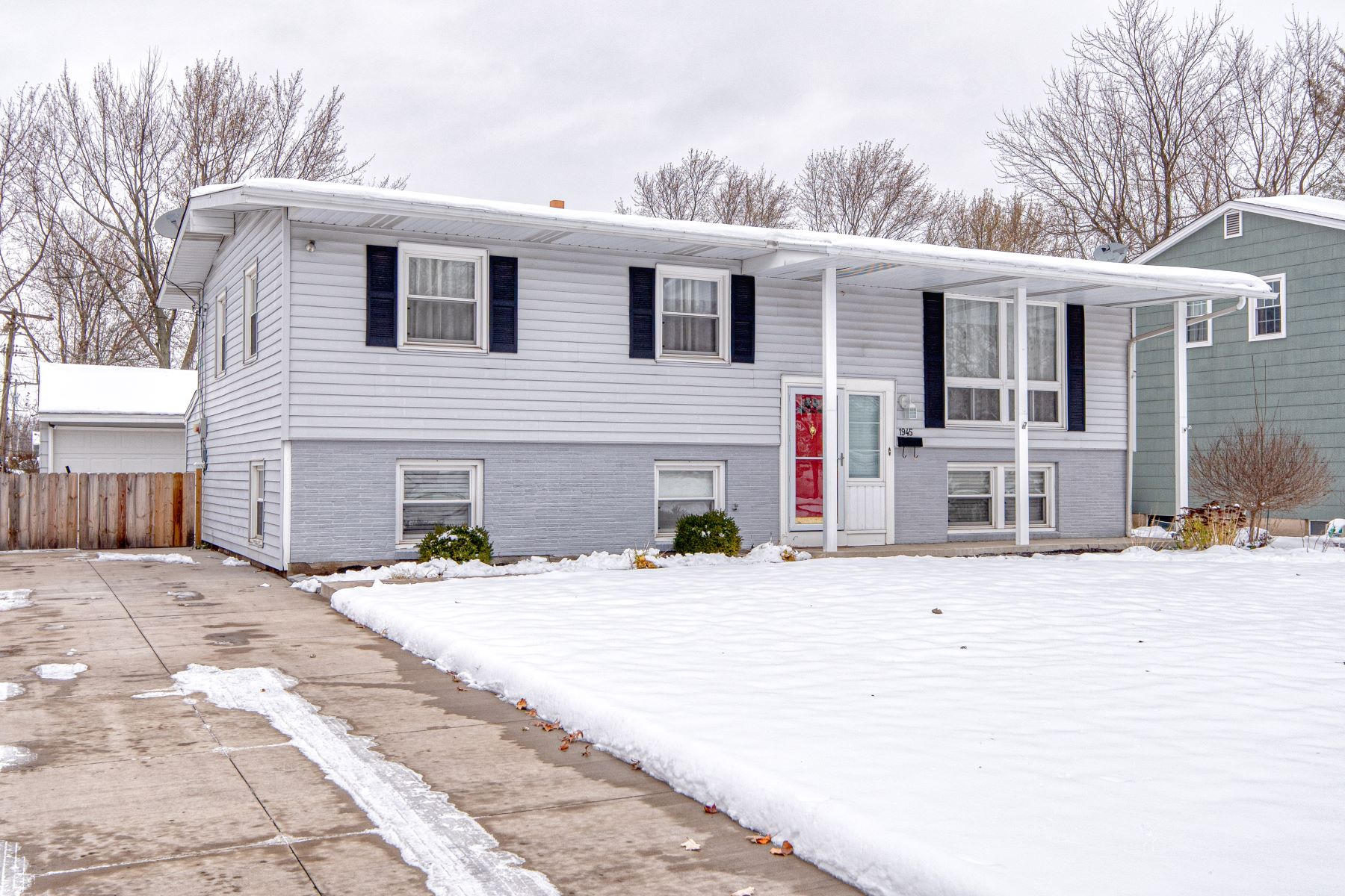 Single Family Homes for Sale at Marjorie Split 1945 Marjorie Road Grand Island, New York 14072 United States