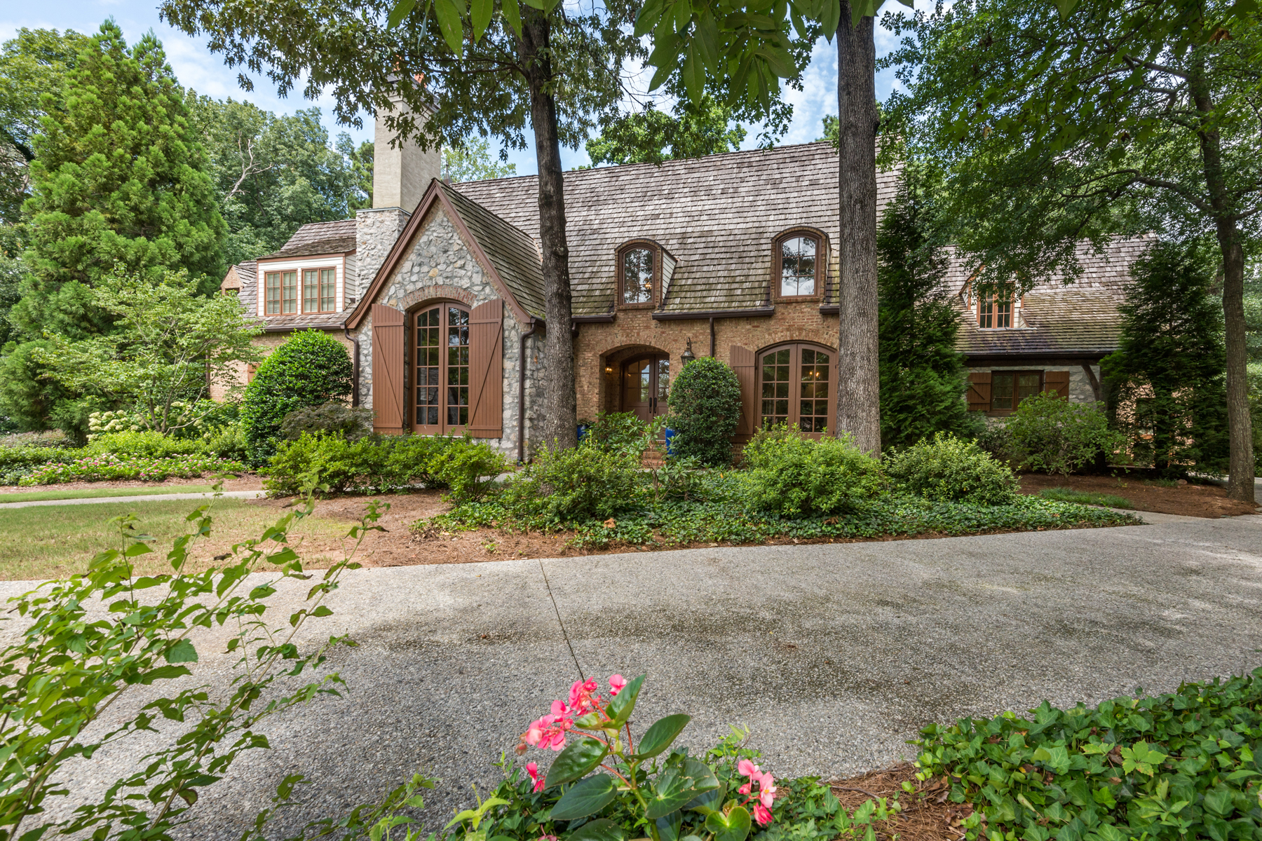 Moradia para Venda às Sandy Springs Sophistication On One Acre 102 Kingston Manor Sandy Springs, Geórgia, 30342 Estados Unidos