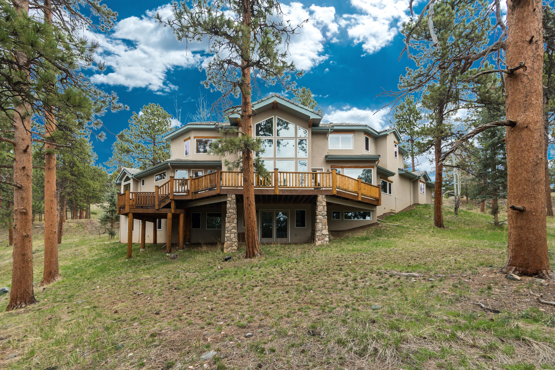 Single Family Homes por un Venta en Serene property with mature trees, adjoining open space & lovely mountain views 25784 Bristlecone Court, Golden, Colorado 80401 Estados Unidos