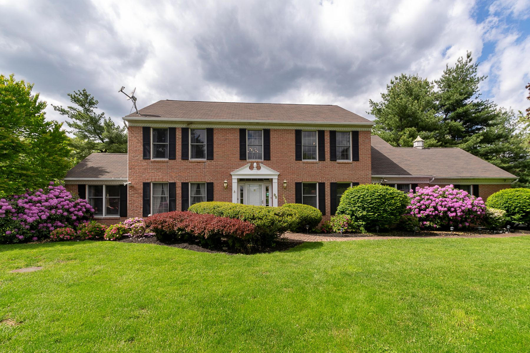 Single Family Homes للـ Sale في Sweet Sophisticate in the Foxcroft Neighborhood 35 Foxcroft Drive, Princeton, New Jersey 08540 United Statesفي/حول: Lawrence Township