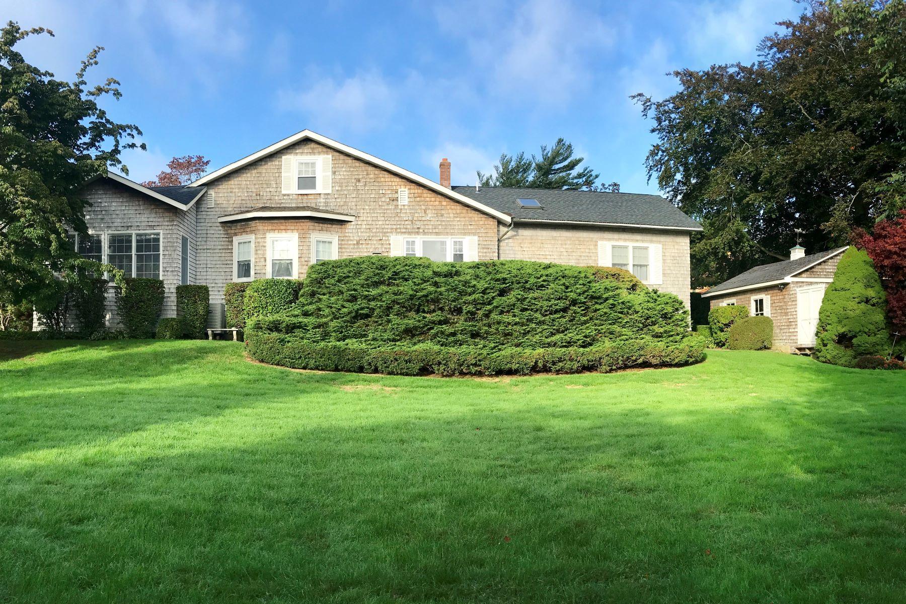 Eensgezinswoning voor Verkoop op Spacious Boulevard Cape 114 Boulevard, Middletown, Rhode Island 02842 Verenigde Staten