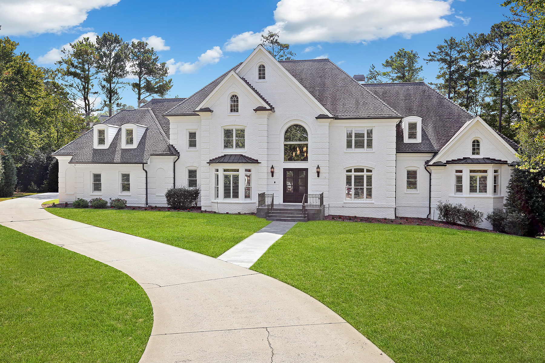 Single Family Homes voor Verkoop op Extraordinary Fully Renovated Masterpiece in Country Club of the South 1007 Featherstone Road, Johns Creek, Georgië 30022 Verenigde Staten