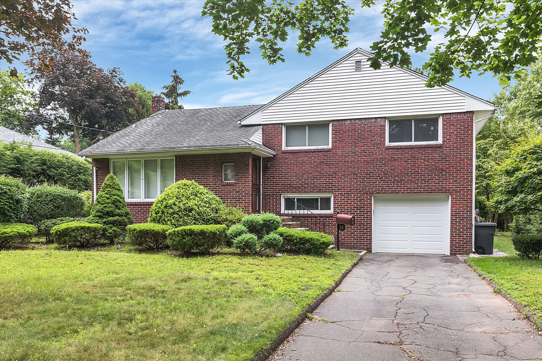 Частный односемейный дом для того Продажа на Lovely East Hill Home! 22 Center Street Cresskill, Нью-Джерси, 07626 Соединенные Штаты
