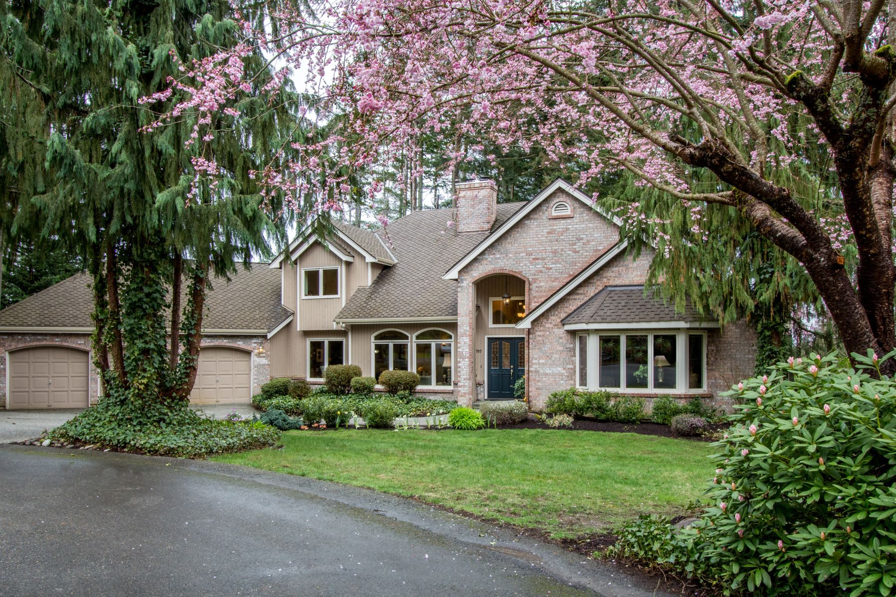 Single Family Home for Sale at Traditional English Hill Home 16707 NE 124th St Redmond, Washington, 98052 United States
