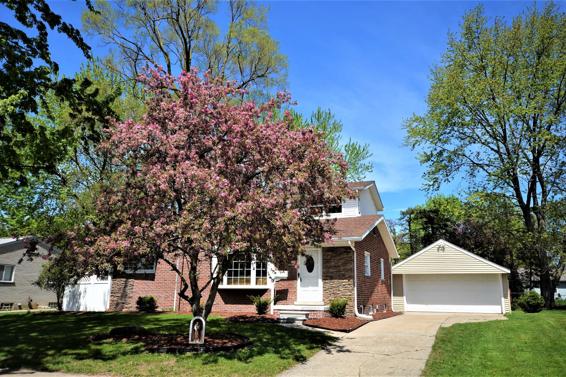 Single Family Home for Sale at Rochester Hills 230 Winry Rochester Hills, Michigan, 48307 United States