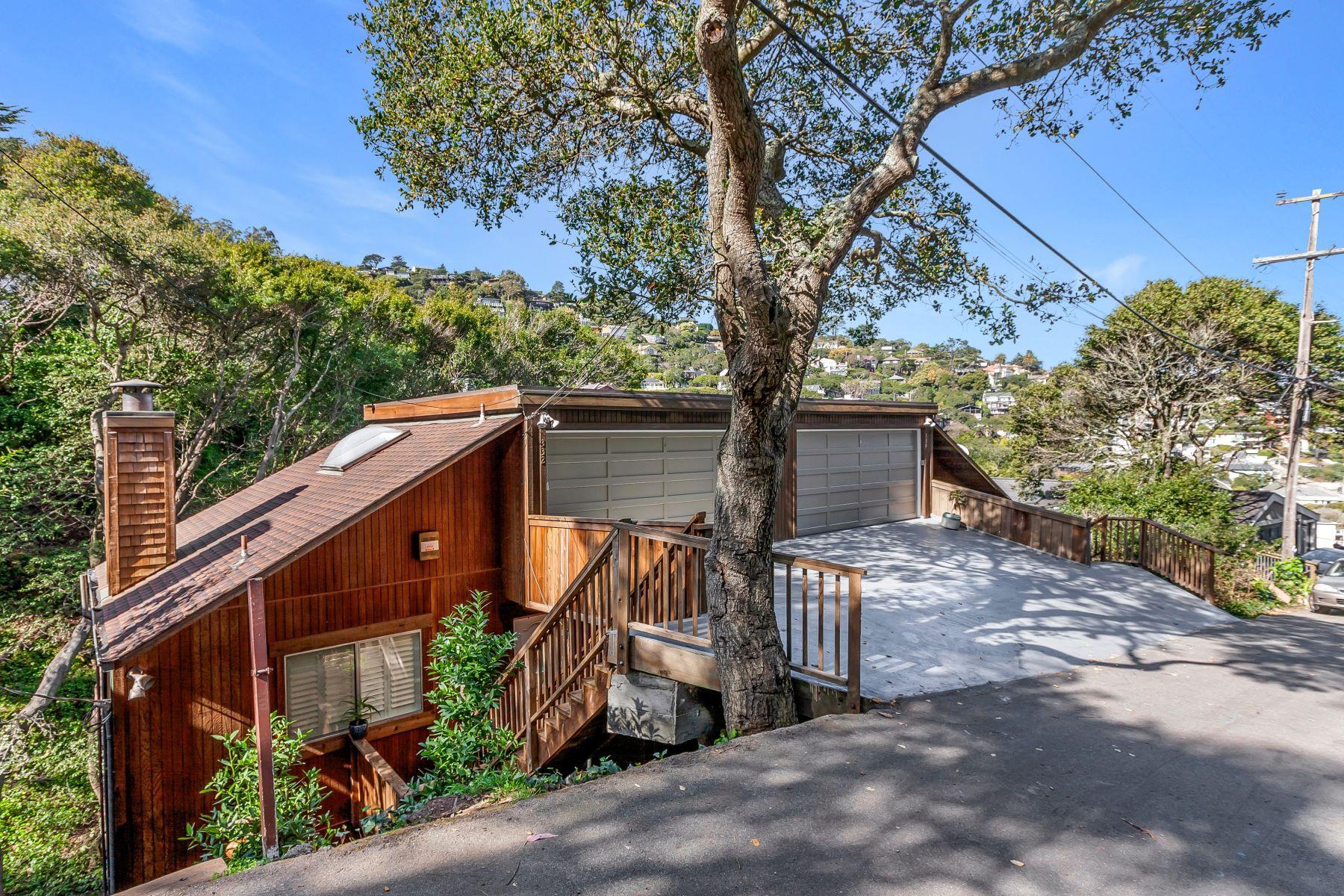 Duplex Homes pour l Vente à Sausalito Duplex ‒ Income Property 330-332 Sausalito Boulevard, Sausalito, Californie 94965 États-Unis