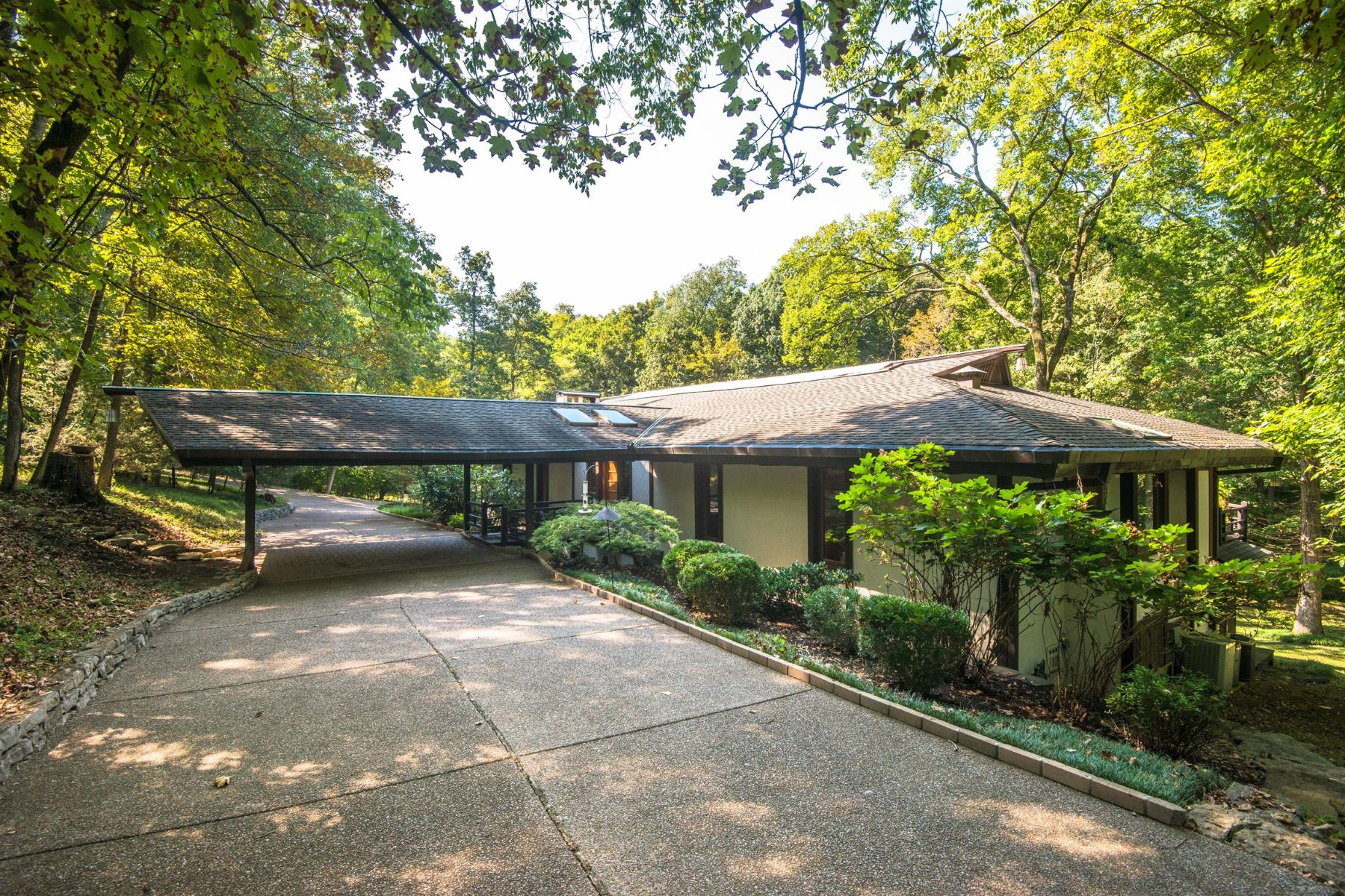 Single Family Homes pour l Vente à Spectacular Home on 2+ Picturesque Acres in the Heart of Nashville 1127 Crater Hill Drive Nashville, Tennessee 37215 États-Unis