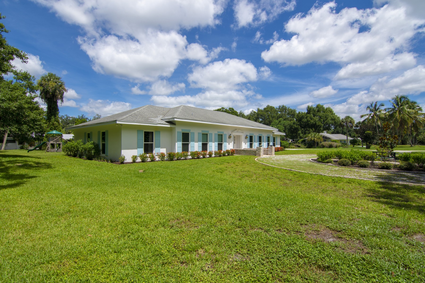 Additional photo for property listing at Beautifully Renovated Pool Home On Doctor's Row 1416 48th Avenue Vero Beach, Florida 32966 United States