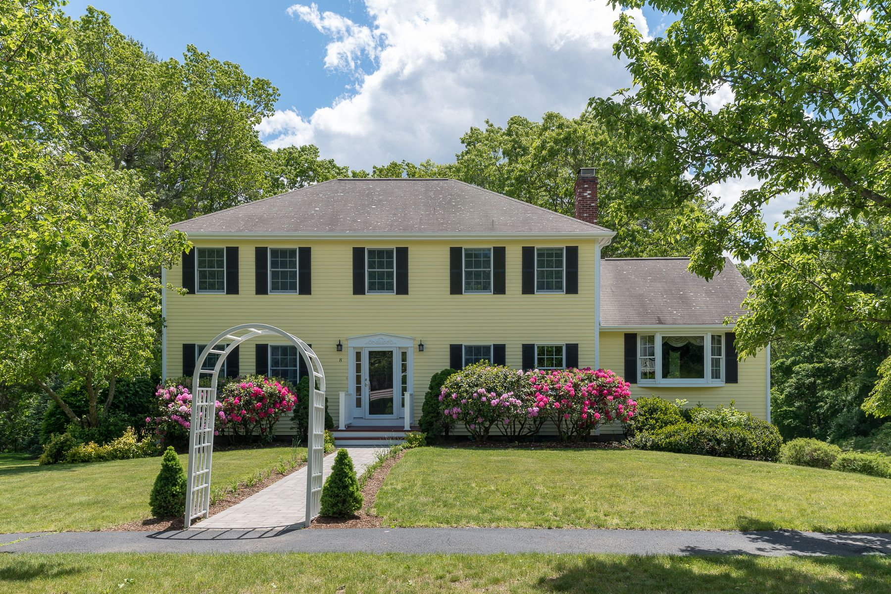 Maison unifamiliale pour l Vente à Center Entrance Colonial 8 Morgan Drive Danvers, Massachusetts 01923 États-Unis