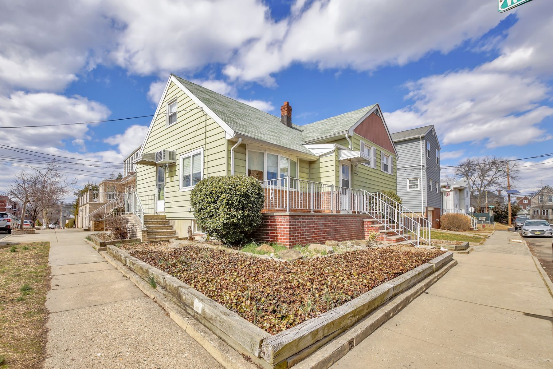 "Maison unifamiliale pour l Vente à This warm and charming one family home is a ""must see"" for serious buyers 17-19 Plank RD, Bayonne, New Jersey 07002 États-Unis"