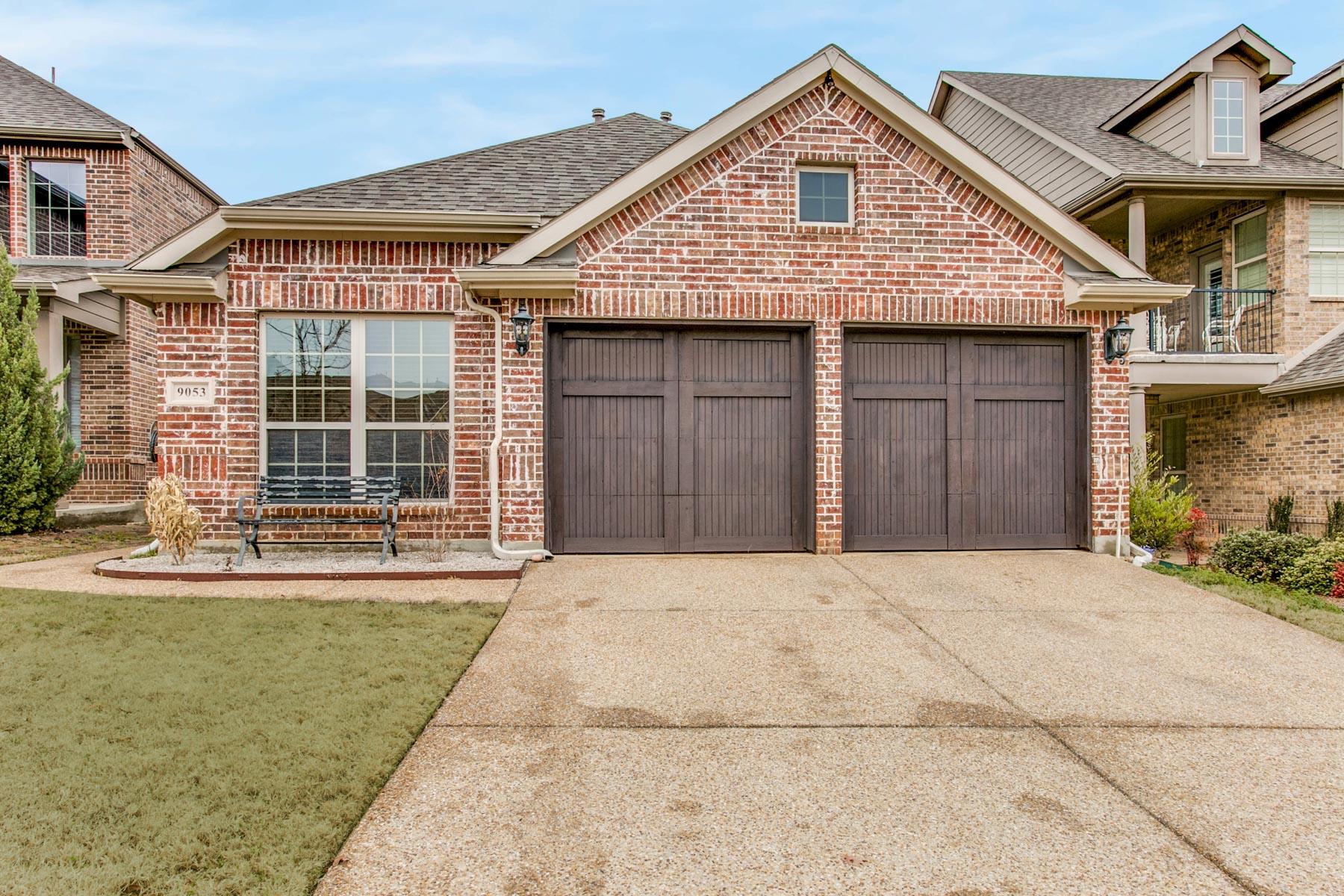 Частный односемейный дом для того Продажа на Academy at Waterchase Villa 9053 Cottonwood Village Drive, Fort Worth, Техас, 76120 Соединенные Штаты