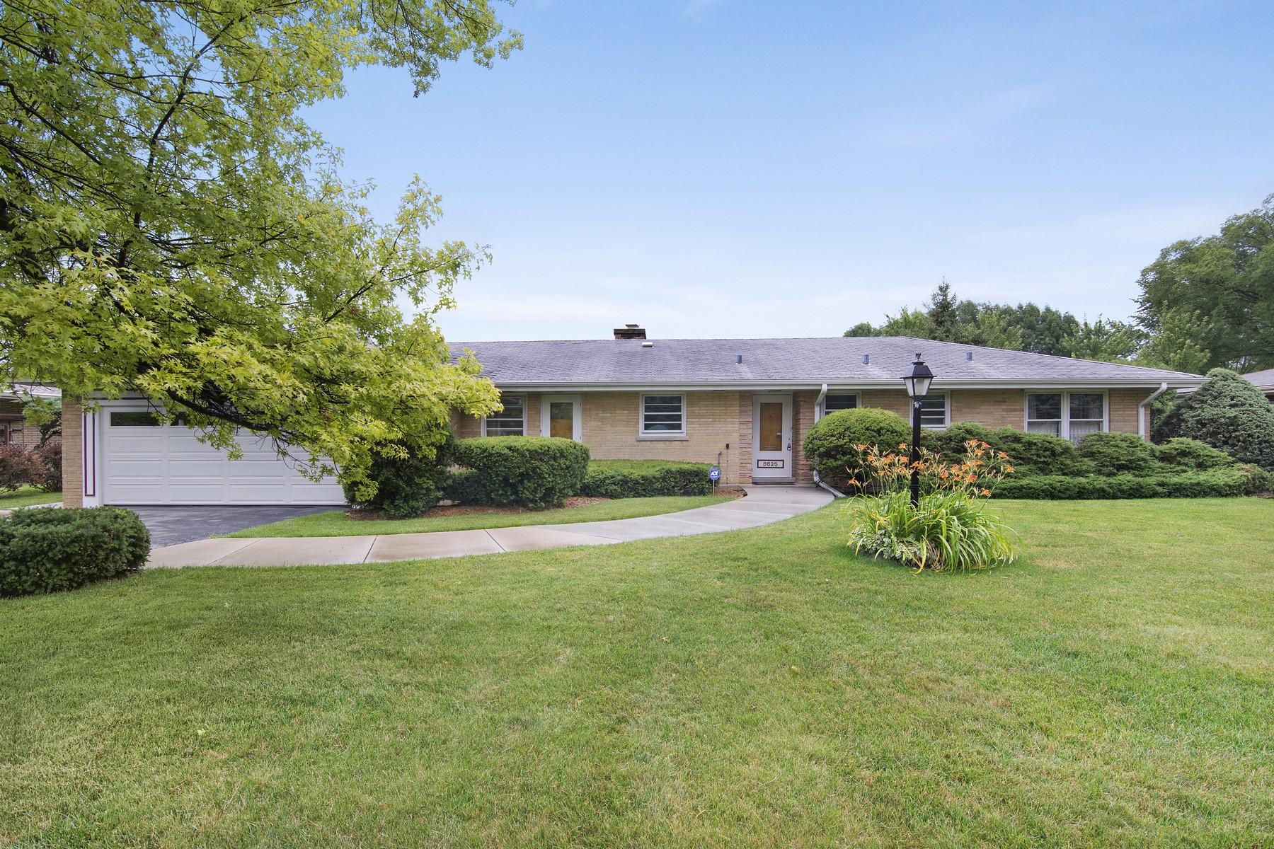 Casa para uma família para Venda às Lovely Ranch Home 8625 Skokie Boulevard Skokie, Illinois, 60077 Estados Unidos