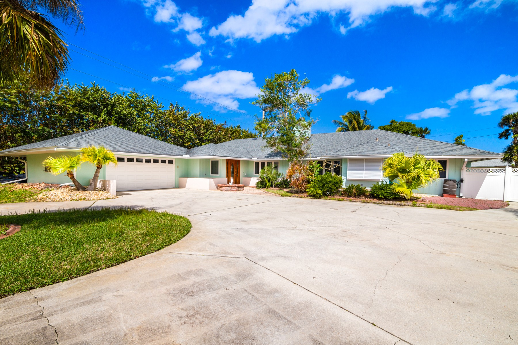 Beautifully Updated Home with Sparkling Pool & Summer Kitchen. 298 Coral Way W Indialantic, Florida 32903 Estados Unidos