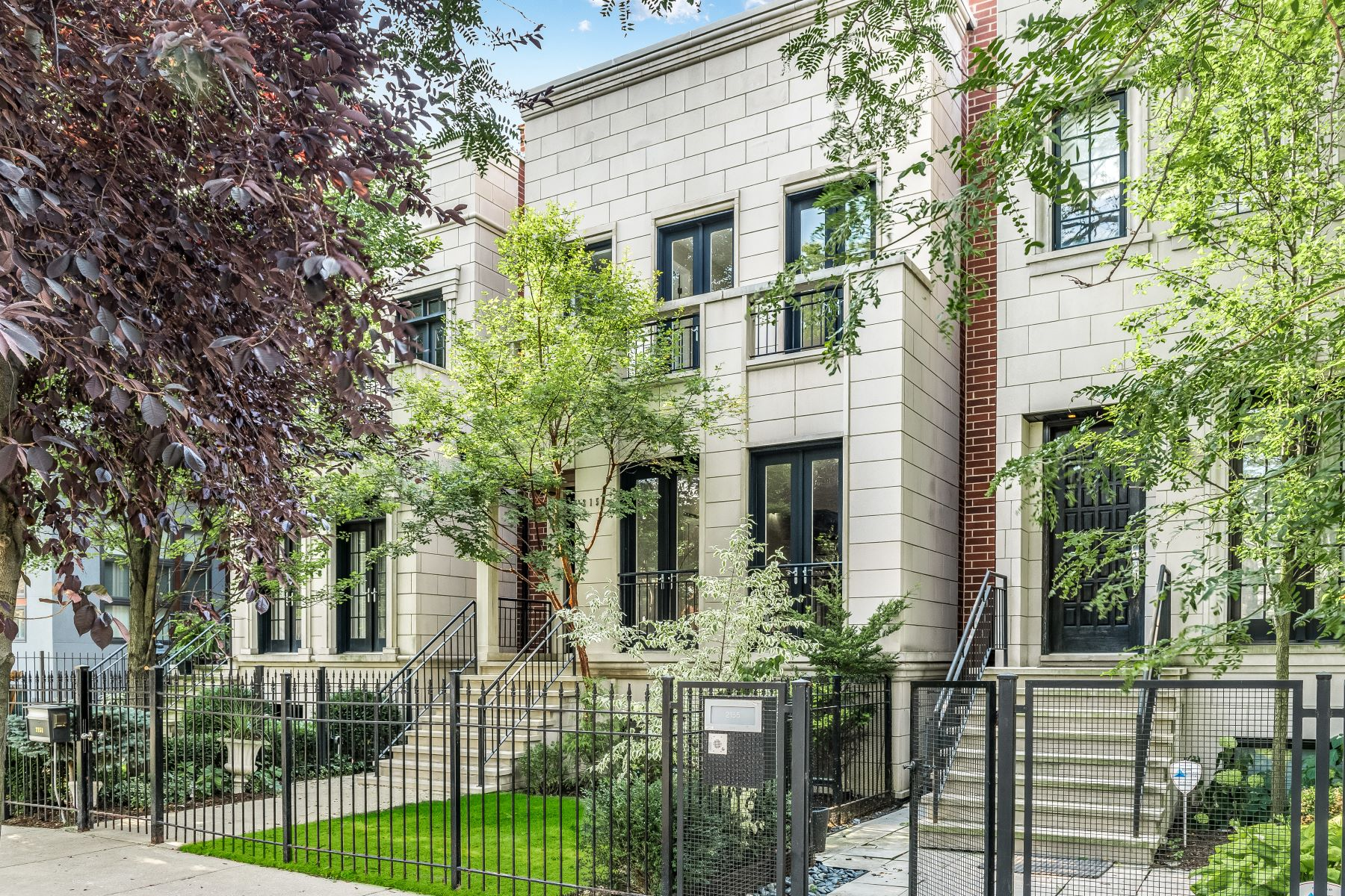 Single Family Homes for Rent at Serene Elegance and Spacious Design 2151 W Huron Street Chicago, Illinois 60612 United States