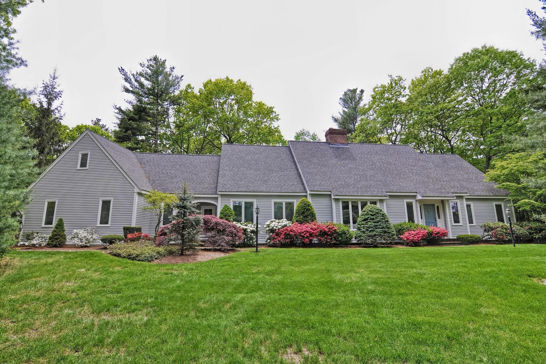 Maison unifamiliale pour l Vente à Sprawling Cape 1 Gina Dr Hopkinton, Massachusetts, 01748 États-Unis