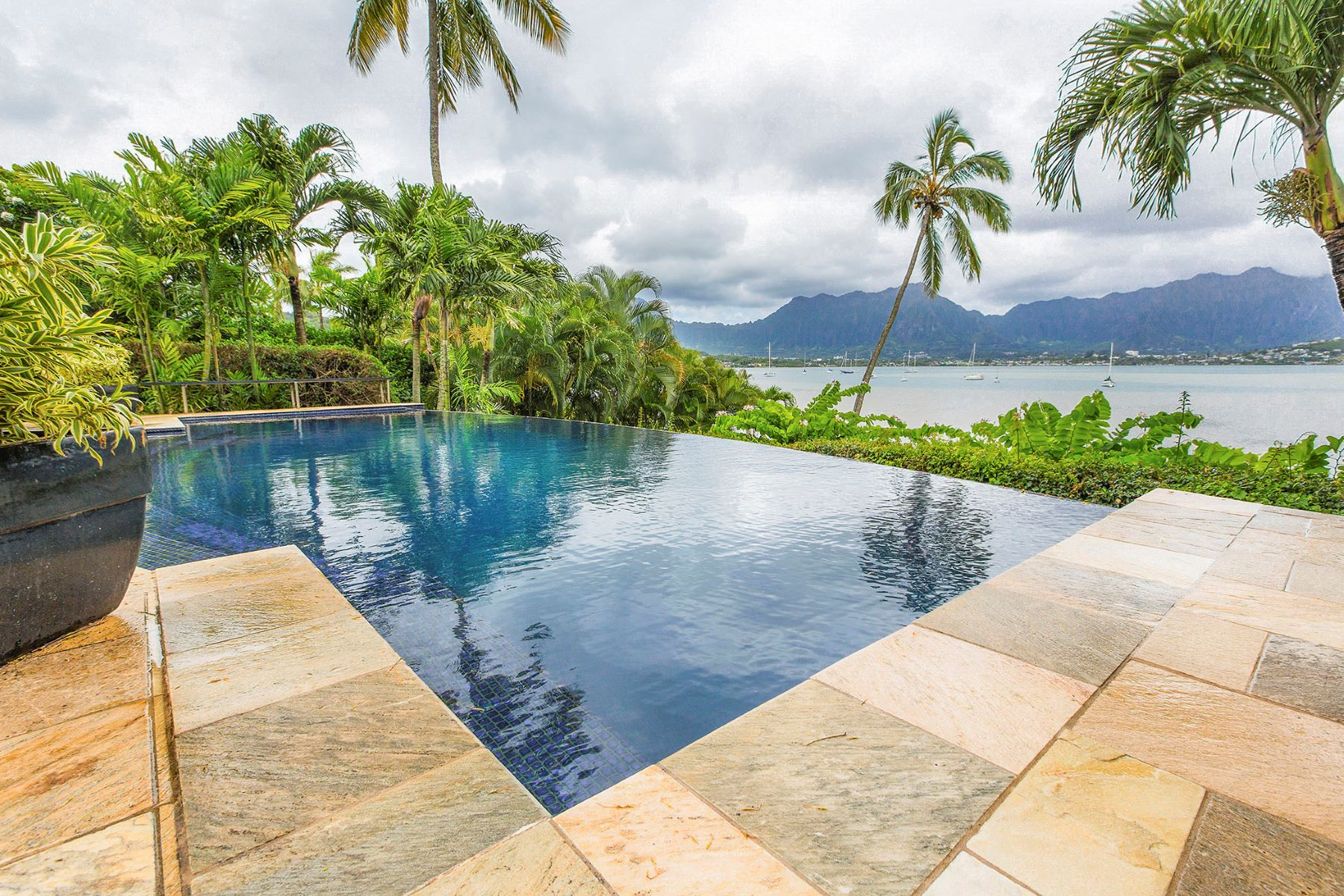 Additional photo for property listing at Luxury Bay Front 44-381 Kaneohe Bay Drive Kaneohe, Hawaii 96744 United States