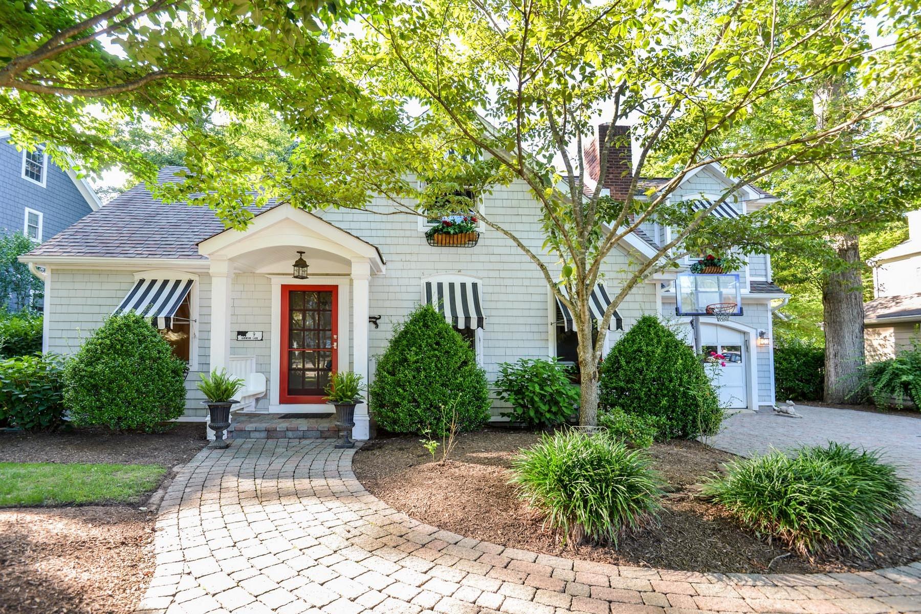 Maison unifamiliale pour l Vente à Cape style home 9 Oakwood Ln Rumson, New Jersey 07760 États-Unis