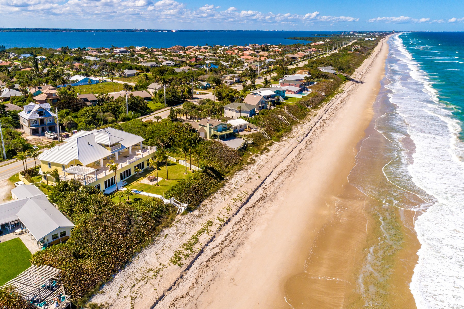 Additional photo for property listing at Gorgeous Tropically Landscaped Home with Endless Ocean Vistas 5045 S Highway A1A Melbourne Beach, Florida 32951 Amerika Birleşik Devletleri
