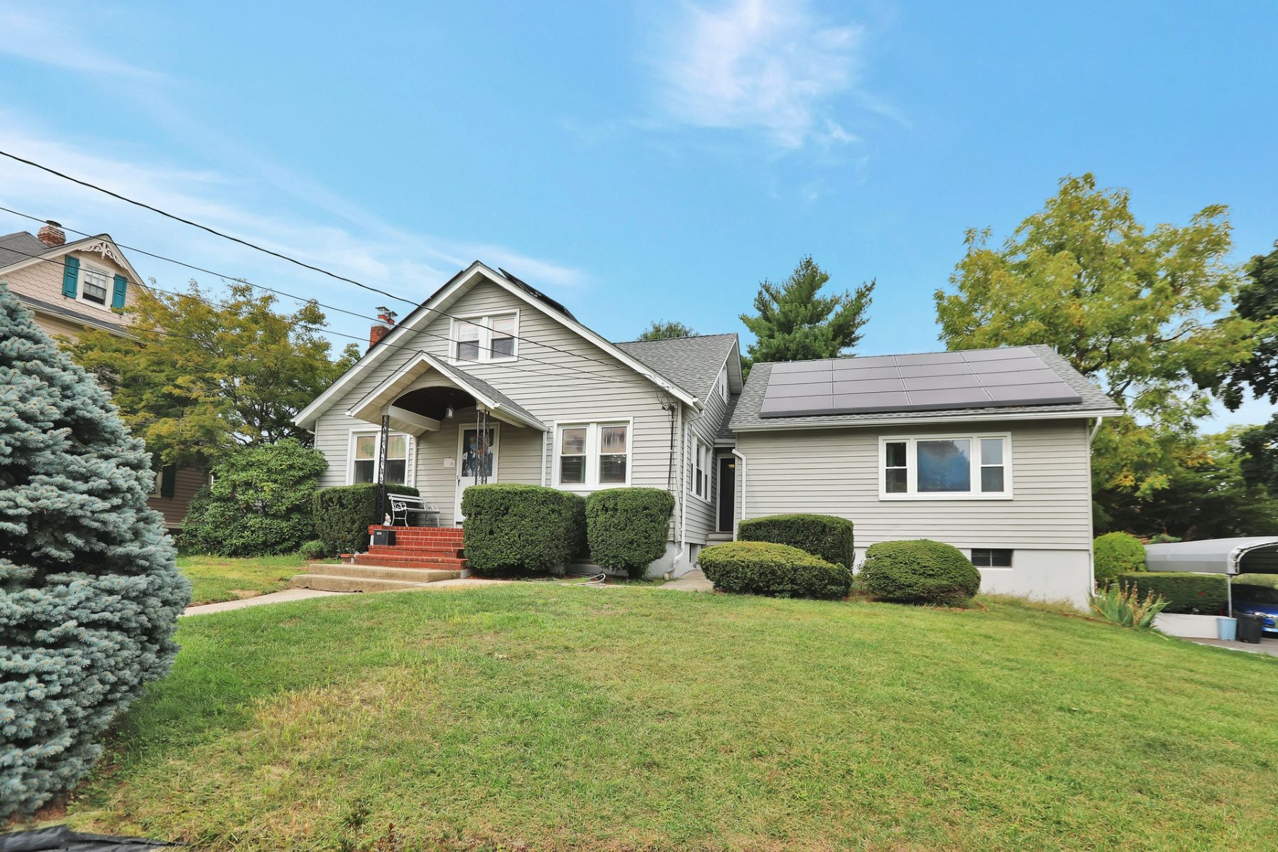 Single Family Homes per Vendita alle ore Welcome Home! 58 Larch Ave, Dumont, New Jersey 07628 Stati Uniti