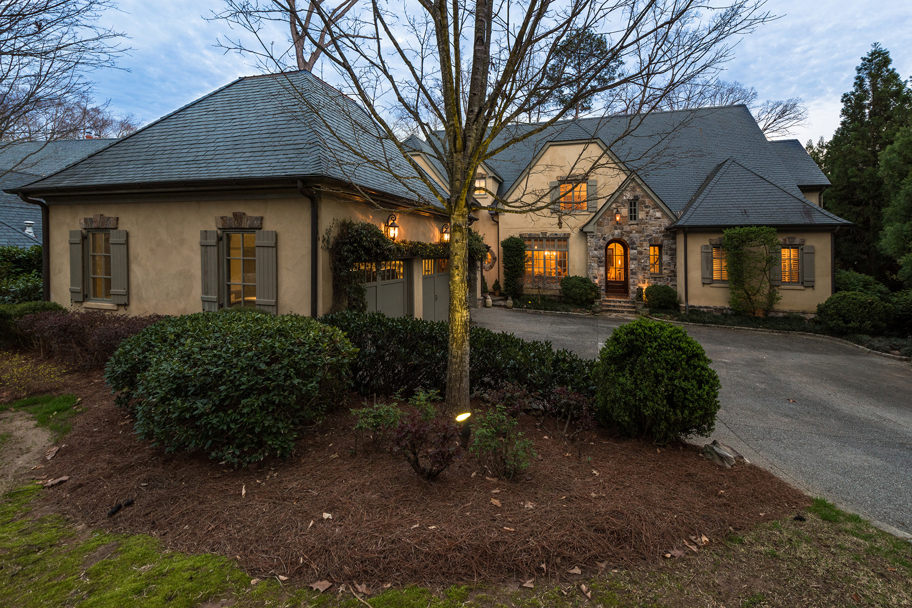 Enfamiljshus för Försäljning vid Luxury and Low Maintenance Living in Buckhead's Only Gated and Manned Community 675 W Paces Ferry Road No. 5 Atlanta, Georgien 30327 Förenta staterna