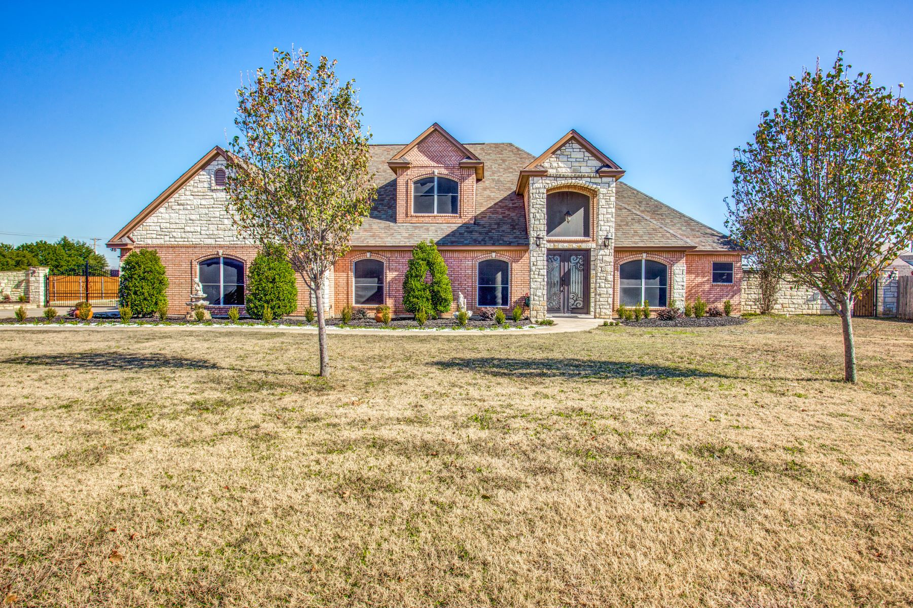 Single Family Homes for Sale at Gorgeous 4 bedroom 3 bath home on almost an acre 836 London Lane Crowley, Texas 76036 United States