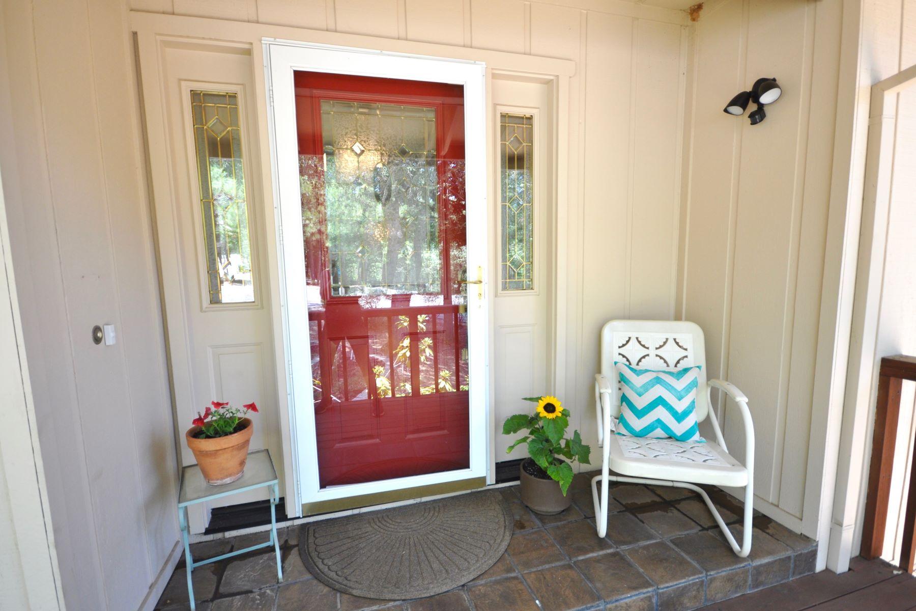 واحد منزل الأسرة للـ Sale في Charming Home Nestled in the Pines 12502 Arrow Head Pine Grove, California 95665 United States