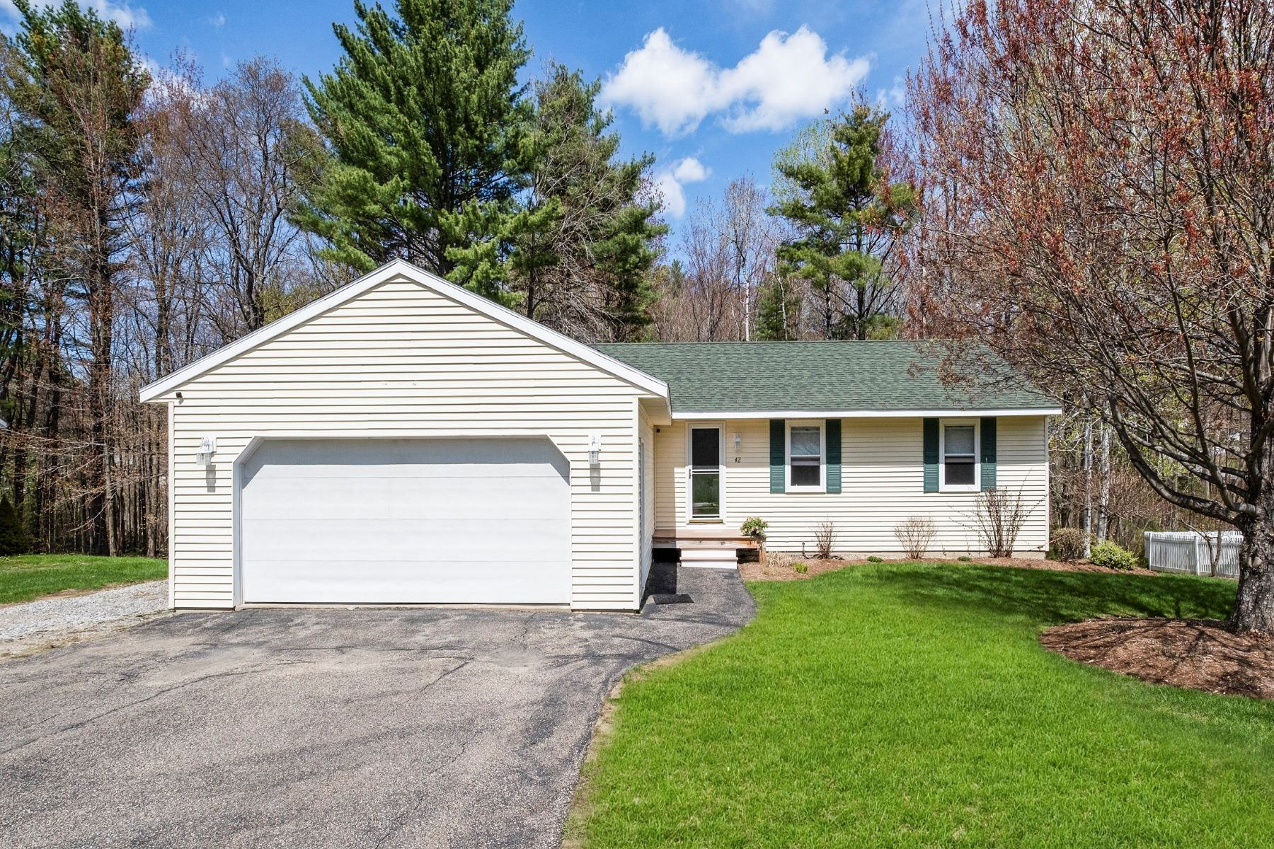 Single Family Homes 为 销售 在 42 Emerald Drive, Laconia 42 Emerald Dr 拉科尼亚, 新罕布什尔州 03246 美国