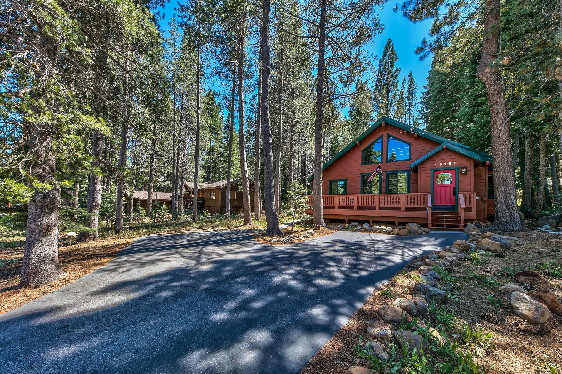 Single Family Homes 为 销售 在 Remodeled Tahoe Donner Retreat 15151 Northwoods Boulevard 特拉基, 加利福尼亚州 96161 美国