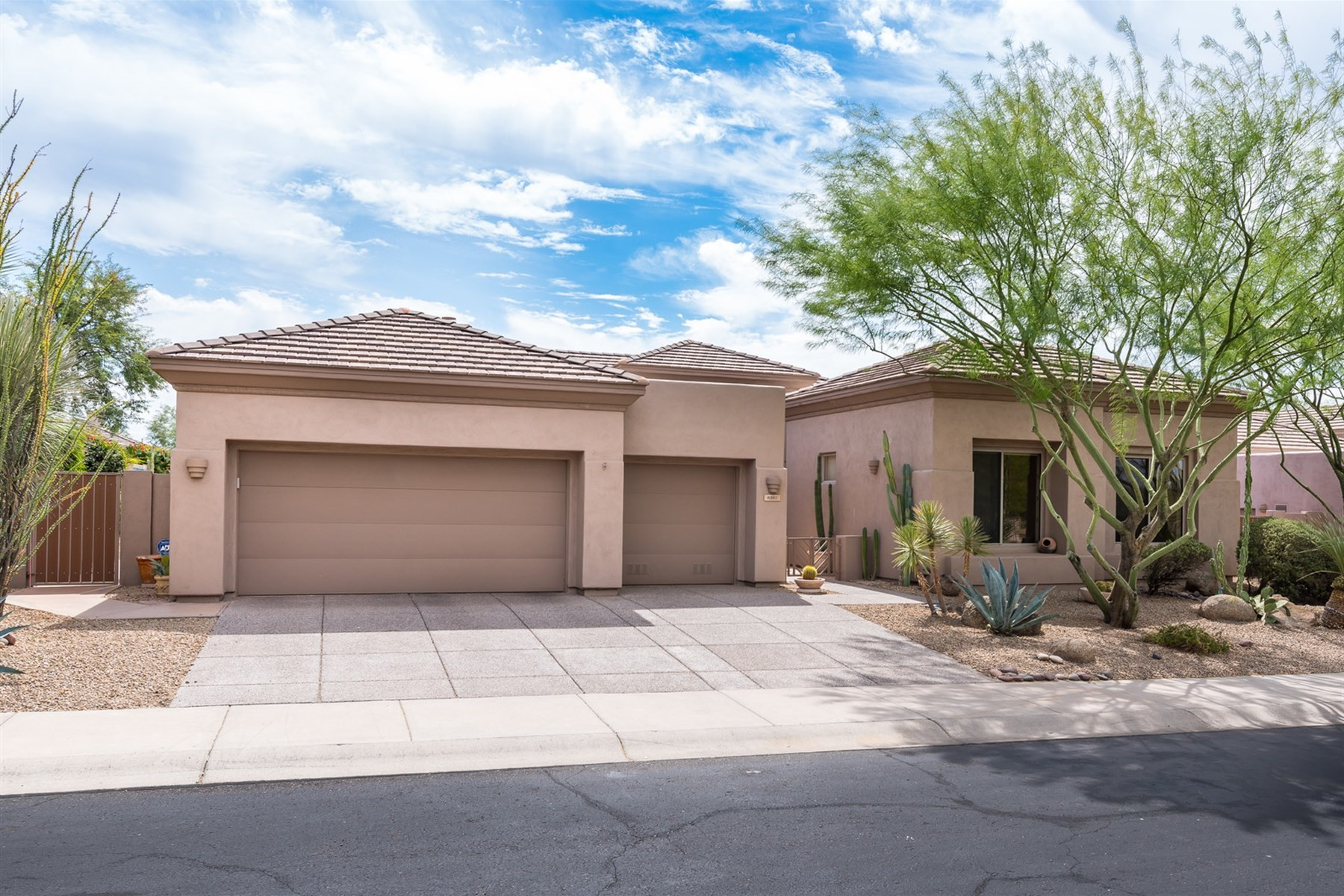 Частный односемейный дом для того Продажа на Single level home in the guard gated community of Terravita 6361 E Senita Cir, Scottsdale, Аризона, 85266 Соединенные Штаты