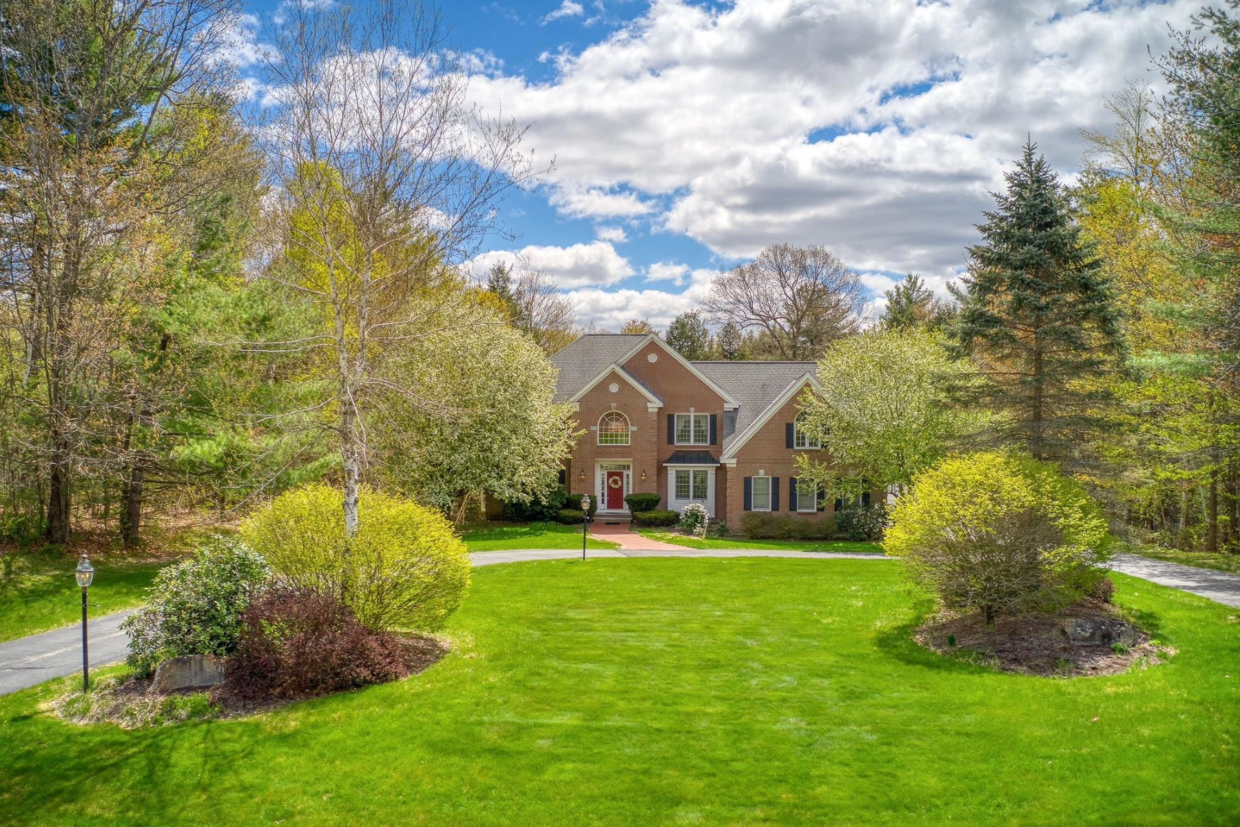 Single Family Homes 为 销售 在 Statuesque Brick Front Boutin-Built Colonial 77 Powder Hill Road Bedford, 新罕布什尔州 03110 美国