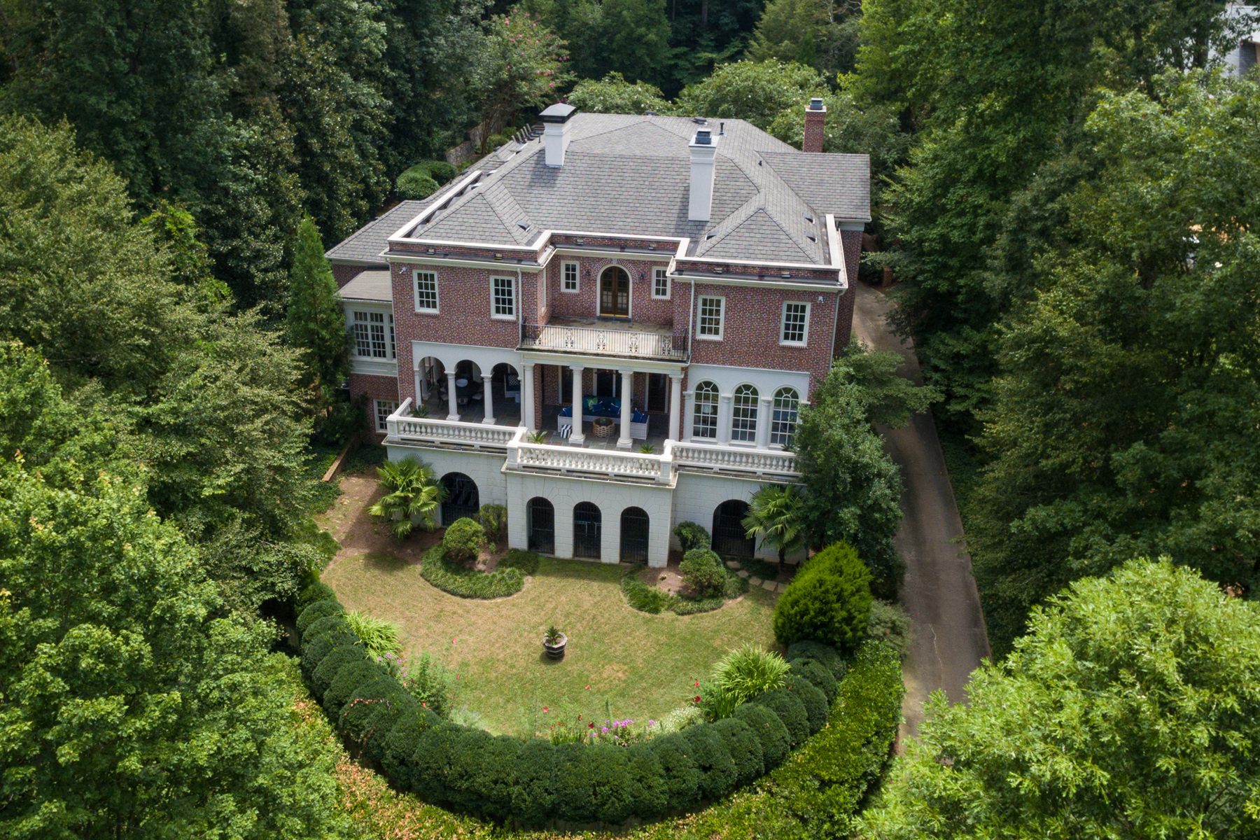 Частный односемейный дом для того Продажа на Beautiful Renovation In Buckhead's Prestigious Tuxedo Park 3669 Tuxedo Road NW, Tuxedo Park, Atlanta, Джорджия, 30305 Соединенные Штаты