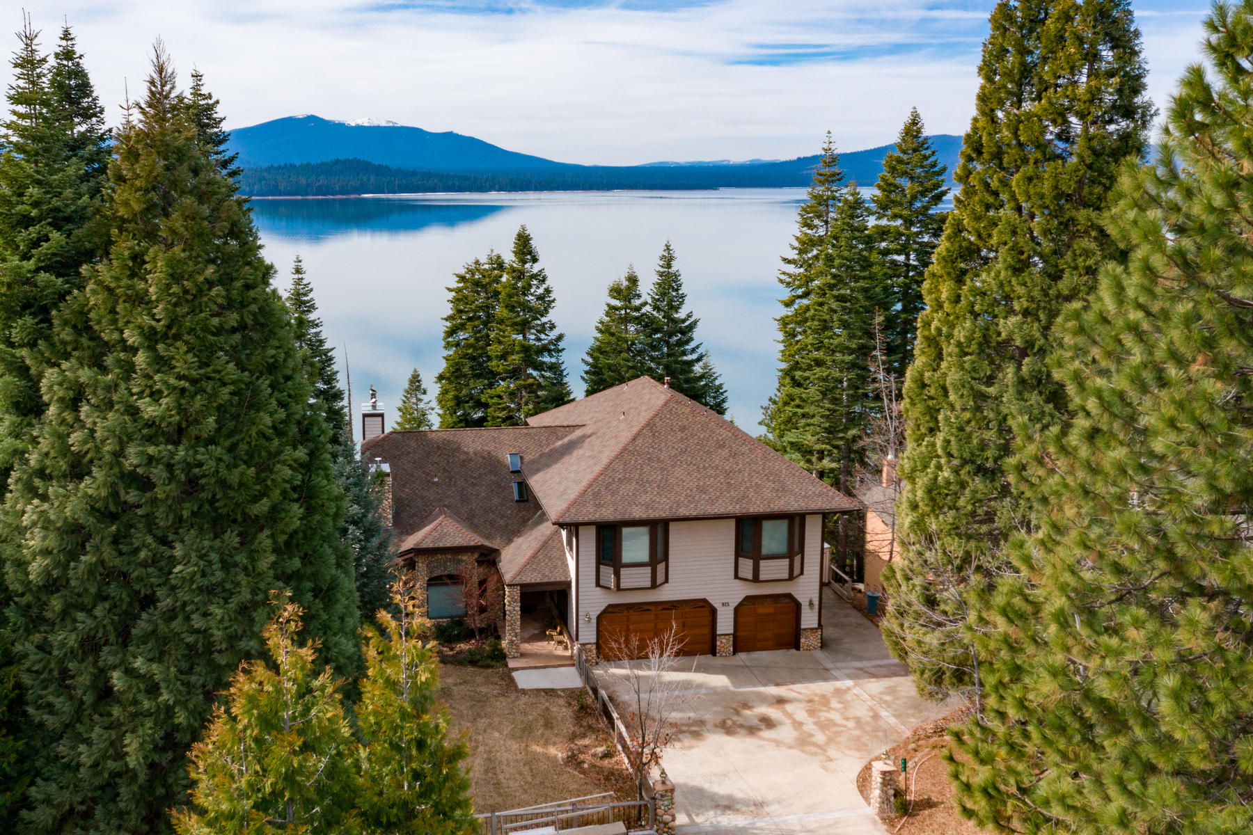 Property 为 销售 在 Beautiful lake front home 925 Lassen View Drive Lake Almanor, 加利福尼亚州 96137 美国
