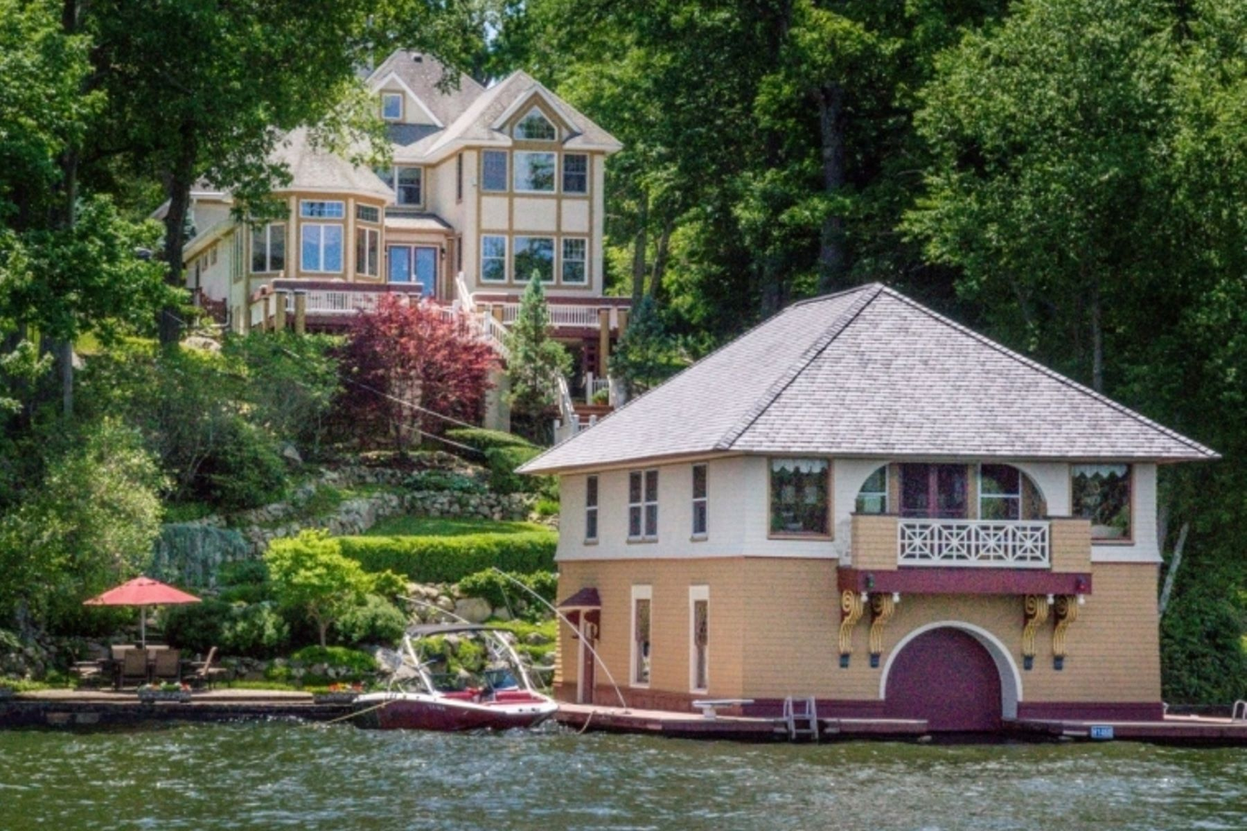 Single Family Homes 为 销售 在 Spectacular Lakefront Estate and Boathouse 31 Elba Avenue, Hopatcong, 新泽西州 07843 美国