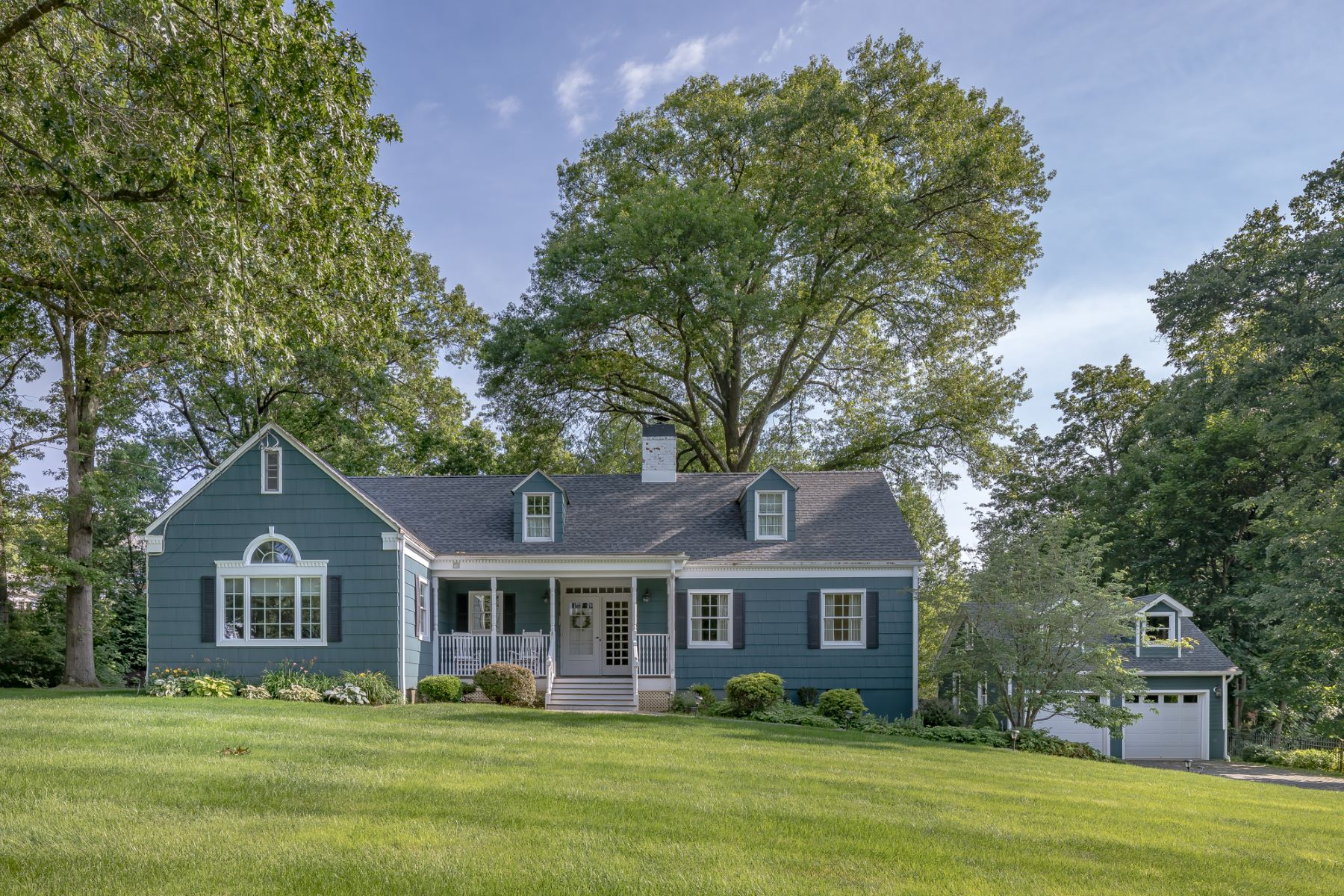 Single Family Homes vì Bán tại Charming Cape Cod 19 Oak Ridge Road, Basking Ridge, New Jersey 07920 Hoa Kỳ