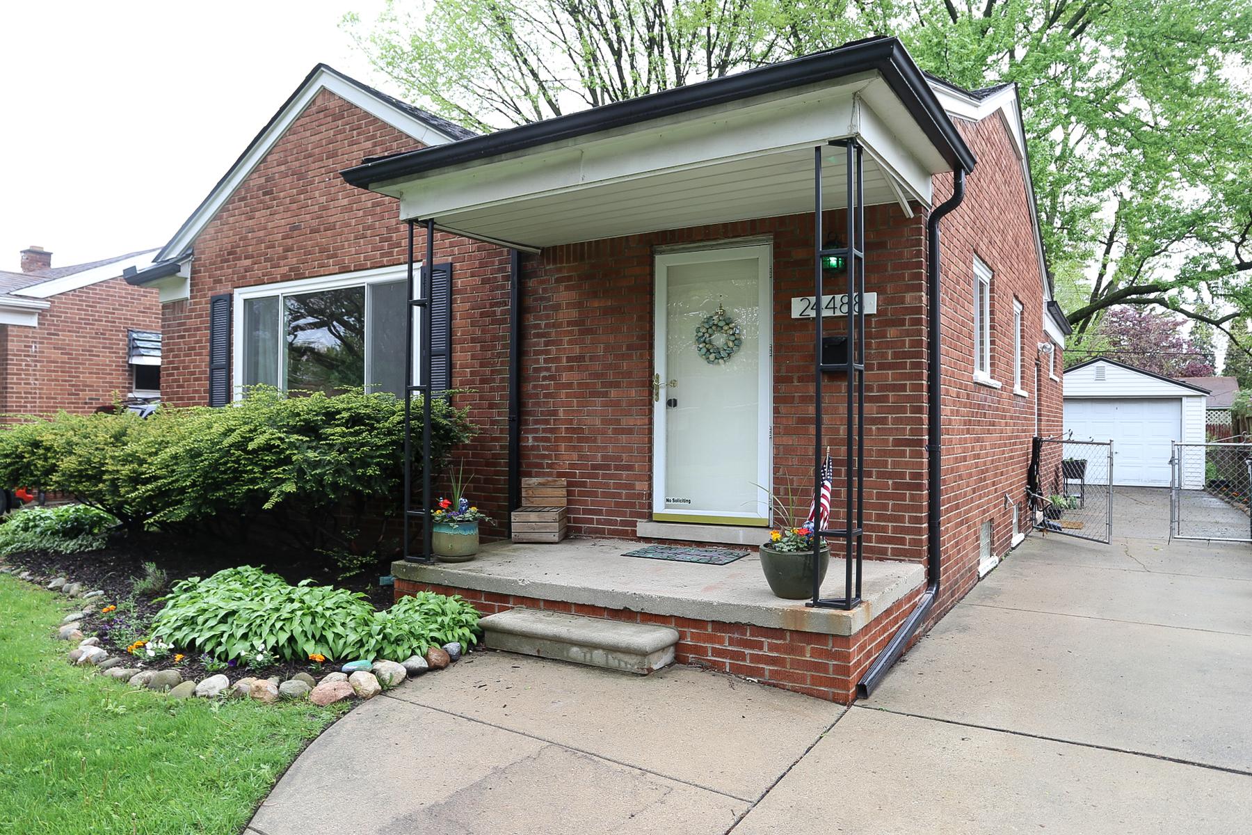 Single Family Homes pour l Vente à Oak Park 24488 Roanoke Avenue Oak Park, Michigan 48237 États-Unis