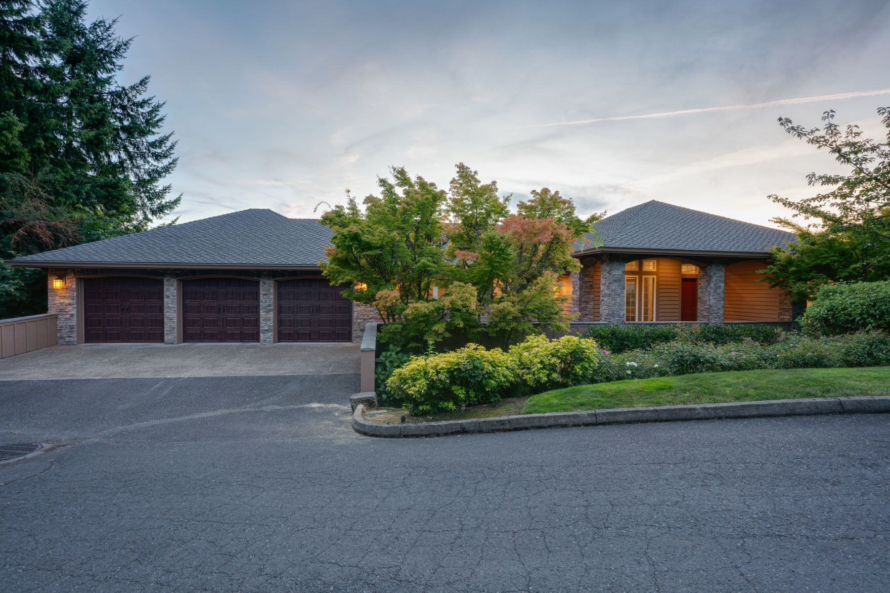 Single Family Homes para Venda às Elegantly Remodeled with Great Light and Incredible Views 01308 SW Military Road, Portland, Oregon 97219 Estados Unidos