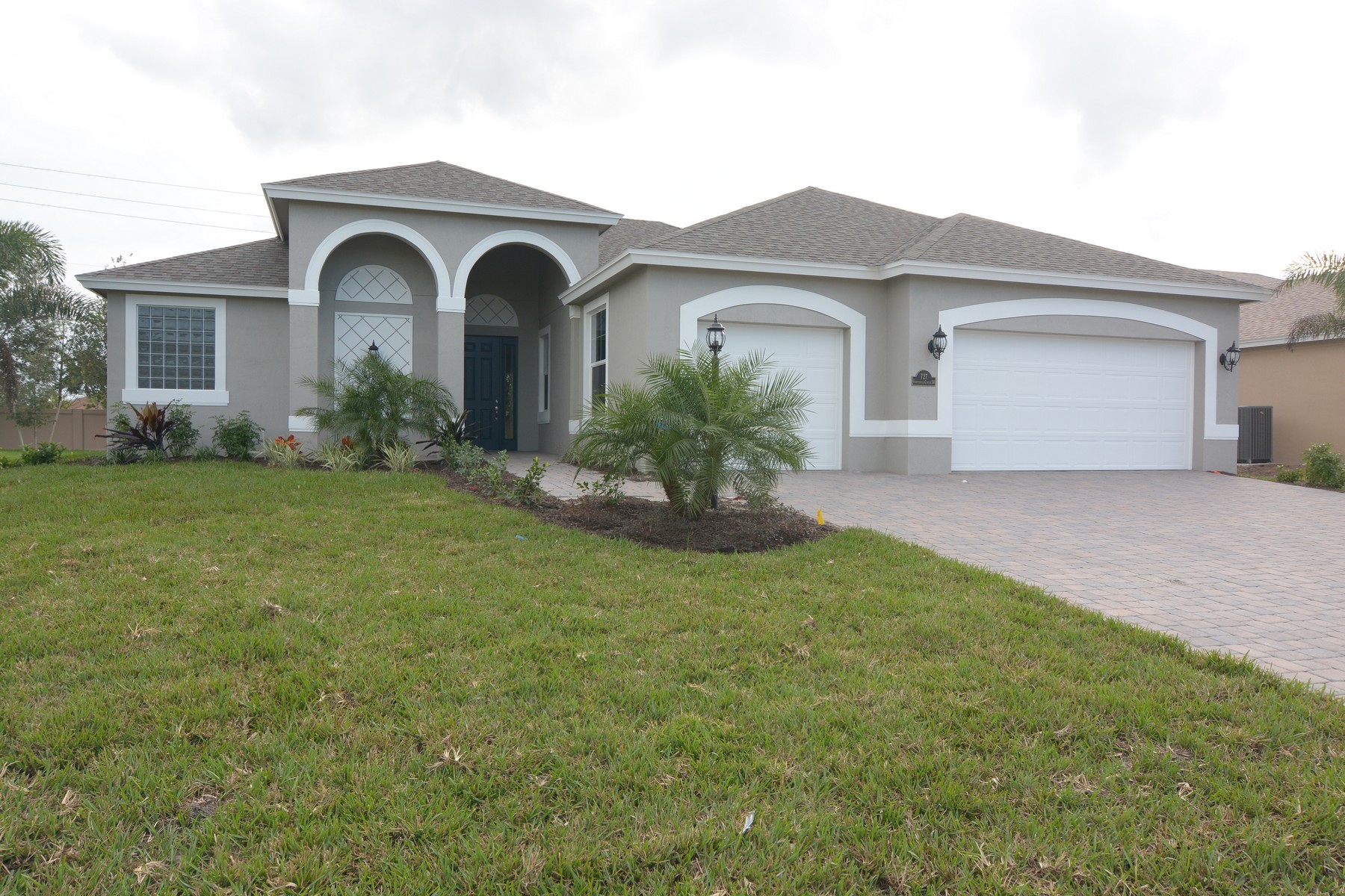 Single Family Home for Sale at Wonderful Home in Citrus Springs 727 Fortunella Circle Vero Beach, Florida 32968 United States