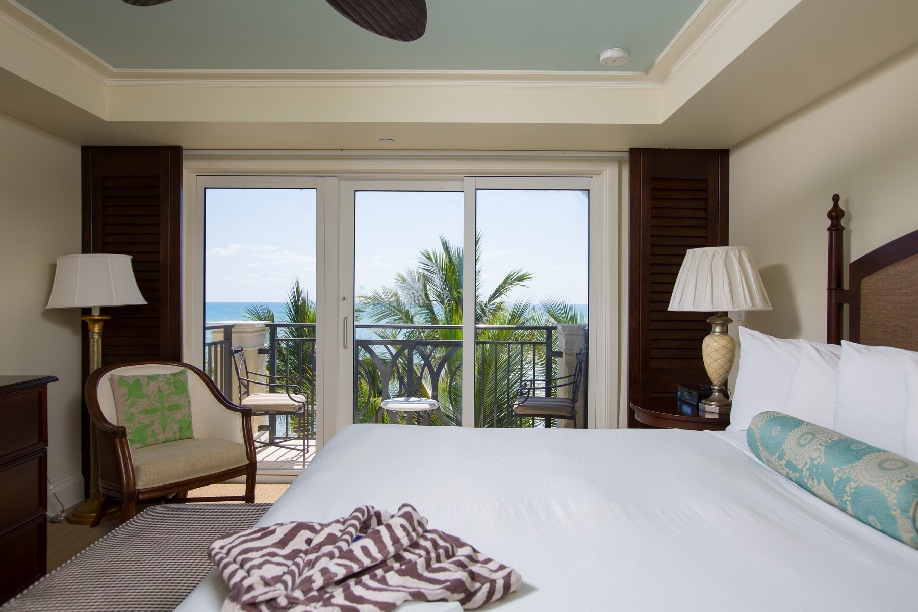 Additional photo for property listing at Vero Beach Condo Hotel Penthouse 3500 Ocean Drive #423 Vero Beach, Florida 32963 United States