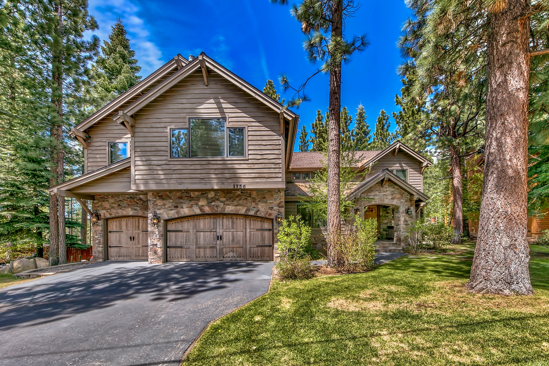 Single Family Homes 为 销售 在 1756 Gentian Cir, South Lake Tahoe, CA 96150 1756 Gentian Circle 南太浩湖, 加利福尼亚州 96150 美国